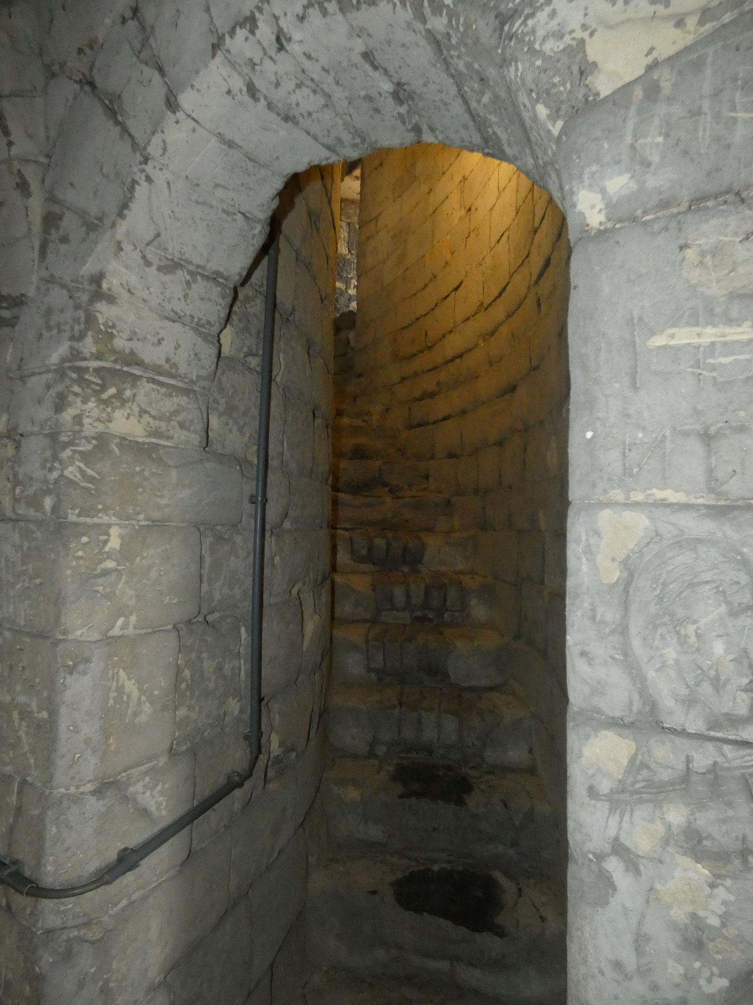 In de muurdikte (3 meter) opgenomen donjontrap.