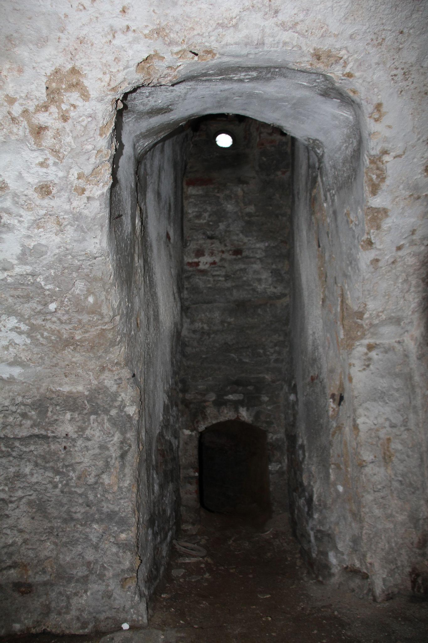Kelders onder de zuidoost vleugel, met toegang tot verdwenen gang onder het complex.