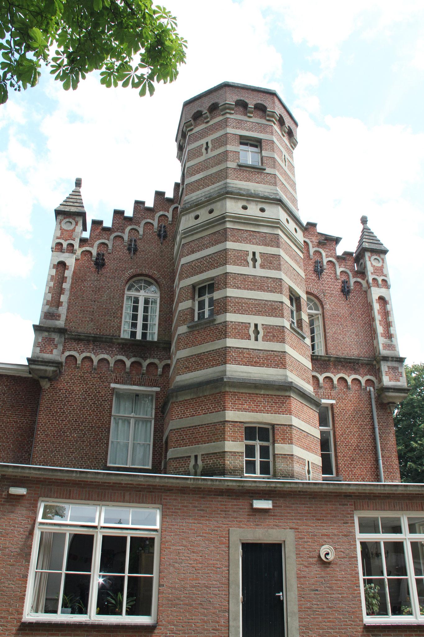 Voorgevel met zeszijdige 'feodale' traptoren.