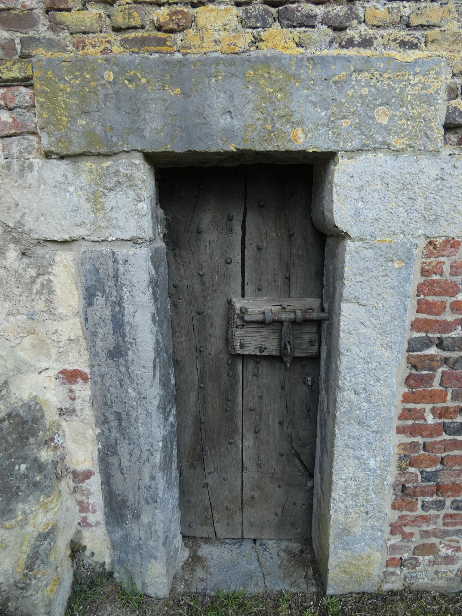 Oorspronkelijke deur van de gevangeniskelder in de Rode Toren.