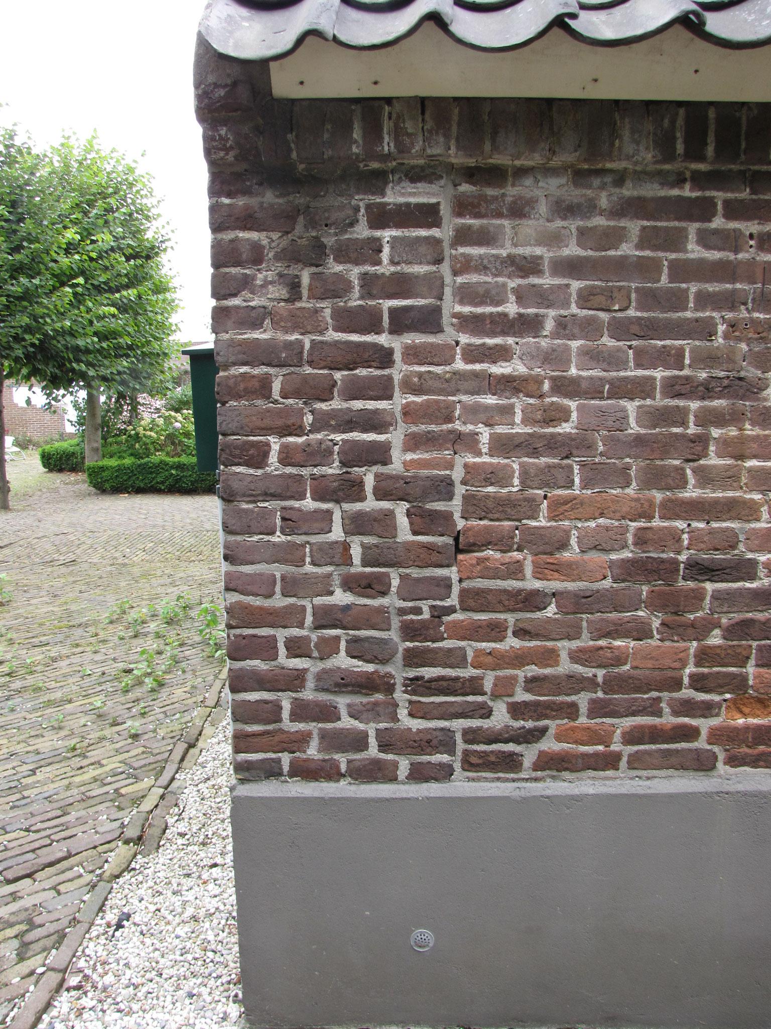 Bouwspoor in de zijgevel: links de oorspronkelijke kopgevel, de zijgevel is ooit vervangen.