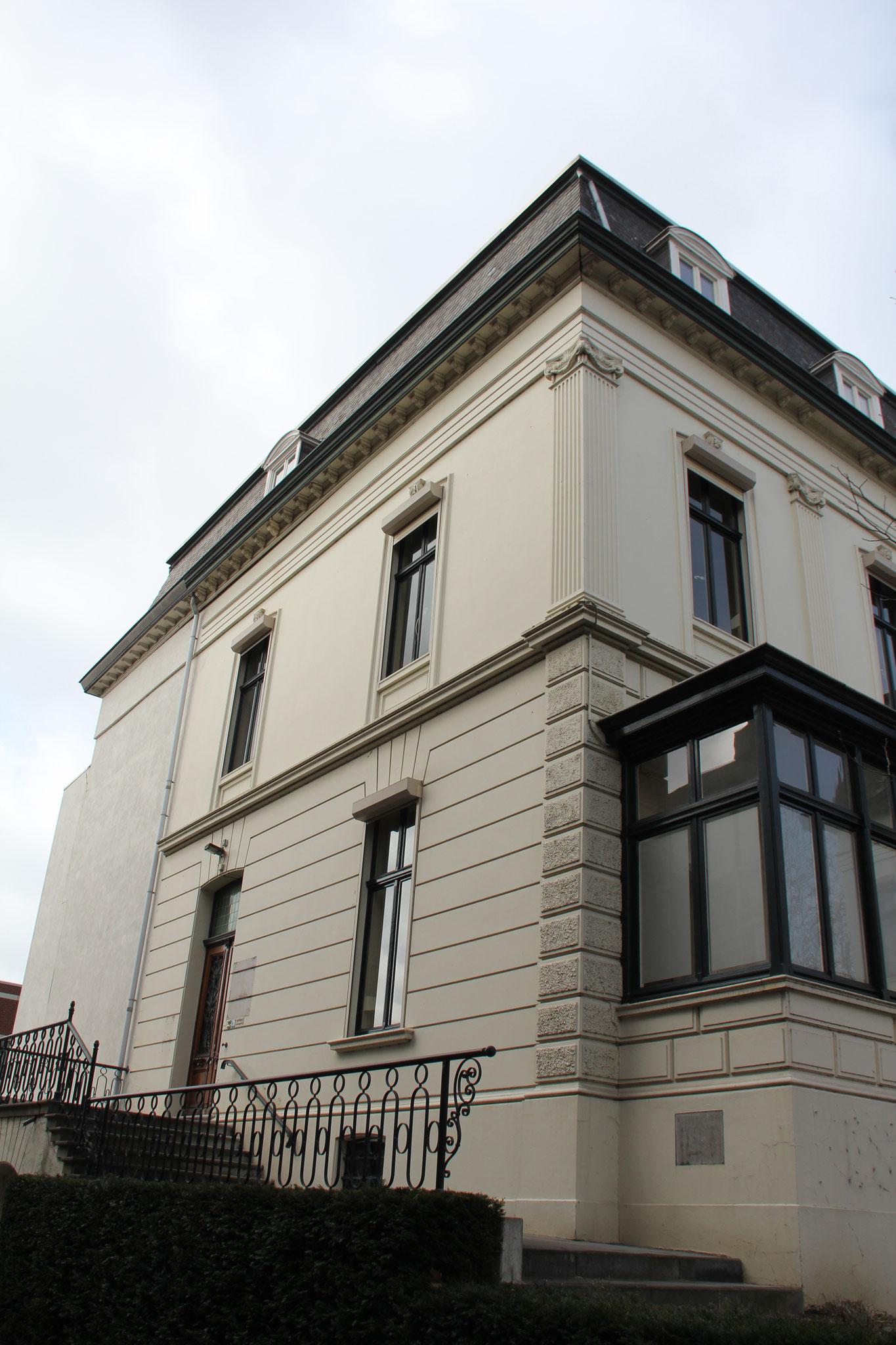 De oostzijde met de entree. Tegen de blinde muur links stond tot 2000 een in 1890 gebouwde vleugel