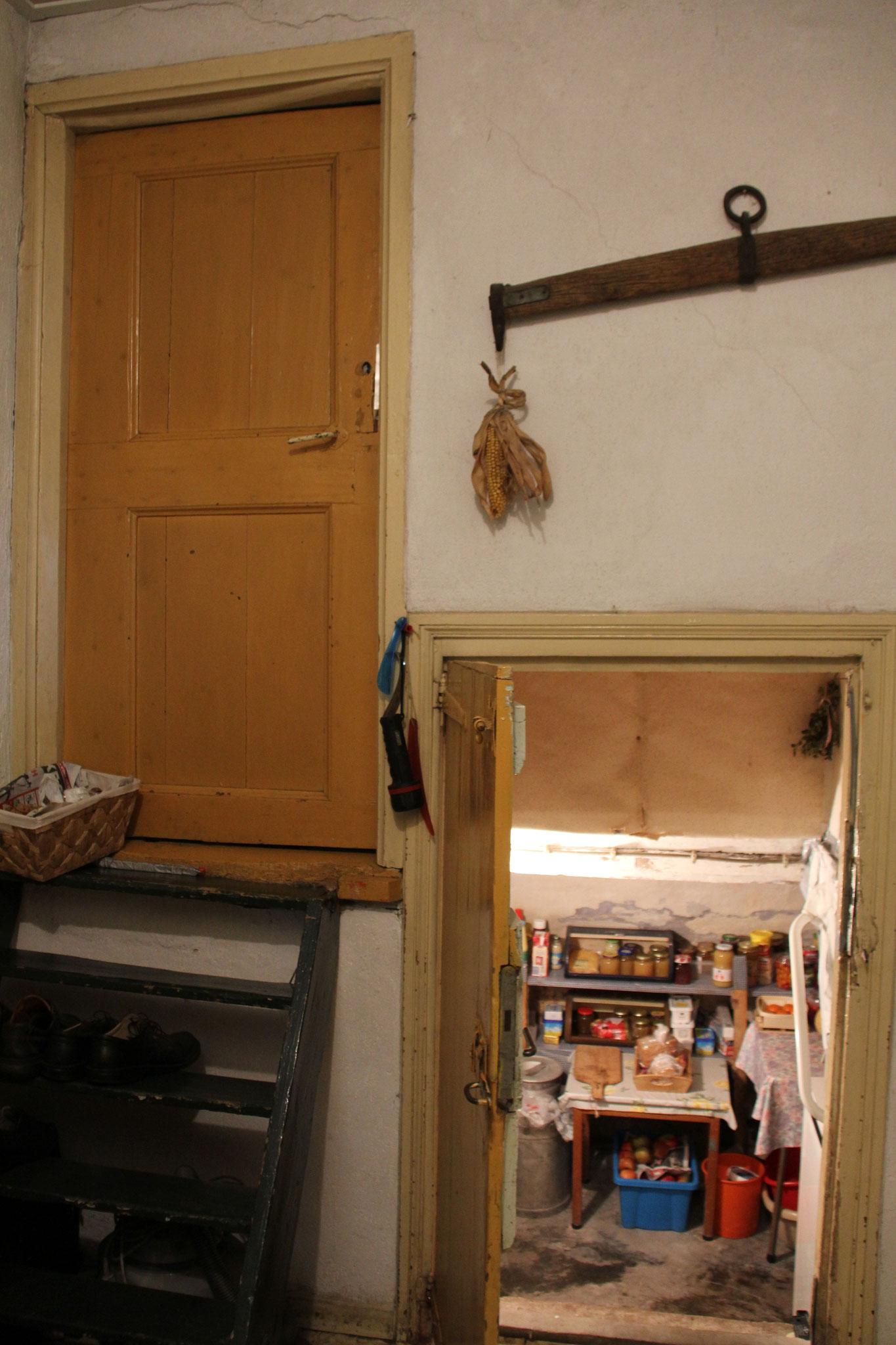 Opkamer en kelder met oorspronkelijke deuren.