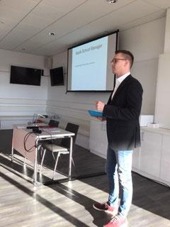 Herr Röder stellt die Verwaltung der Apps und digitalen Lehrbücher auf den privat finanzierten i-Pads vor.