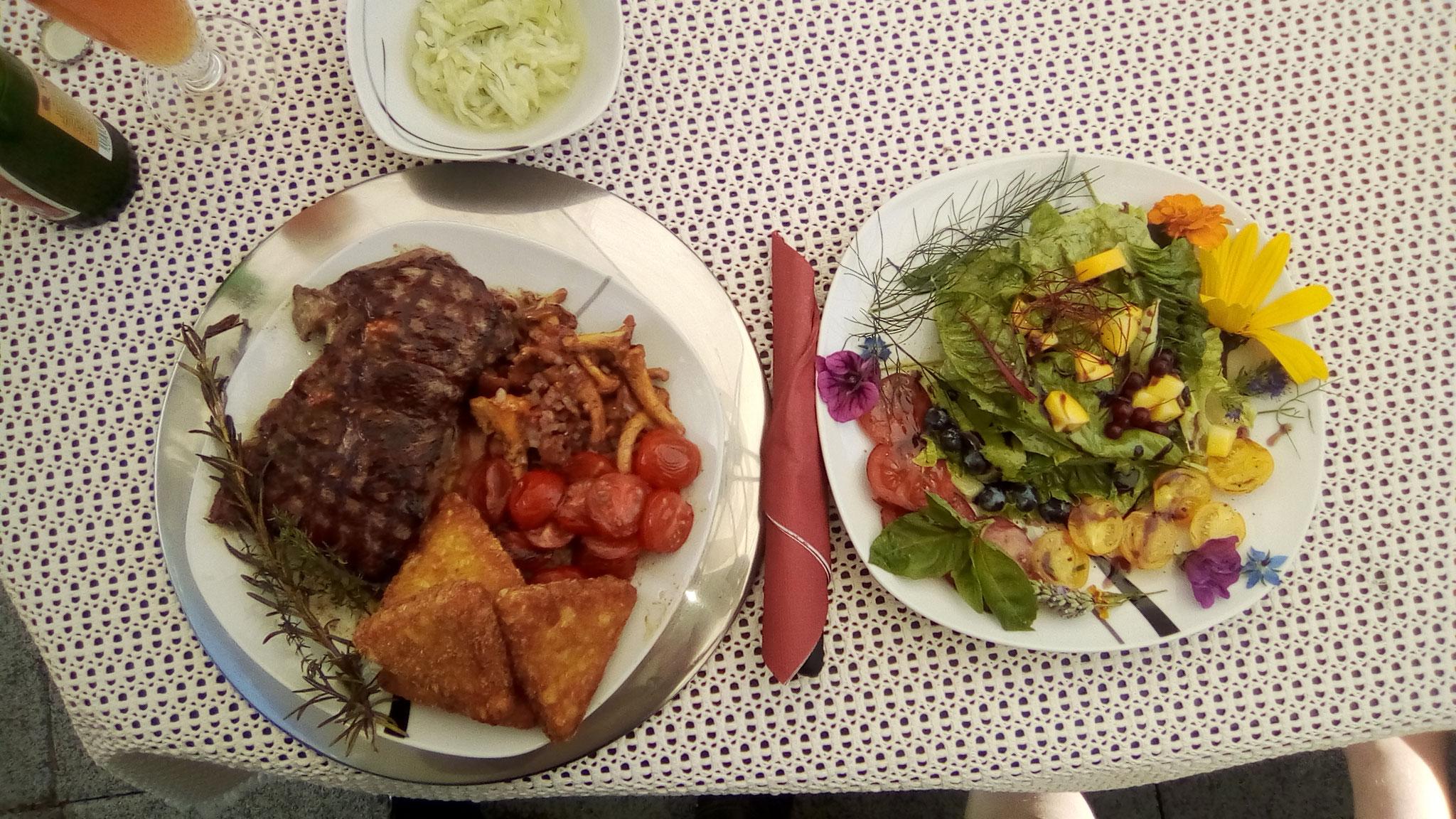Salatteller mit Steak, Röstiecken und geschmolzenen Tomaten