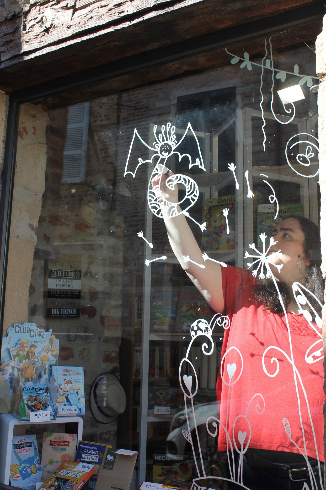 En pleine action l'illustratrice Cloé Perrotin des vitrines de la librairie