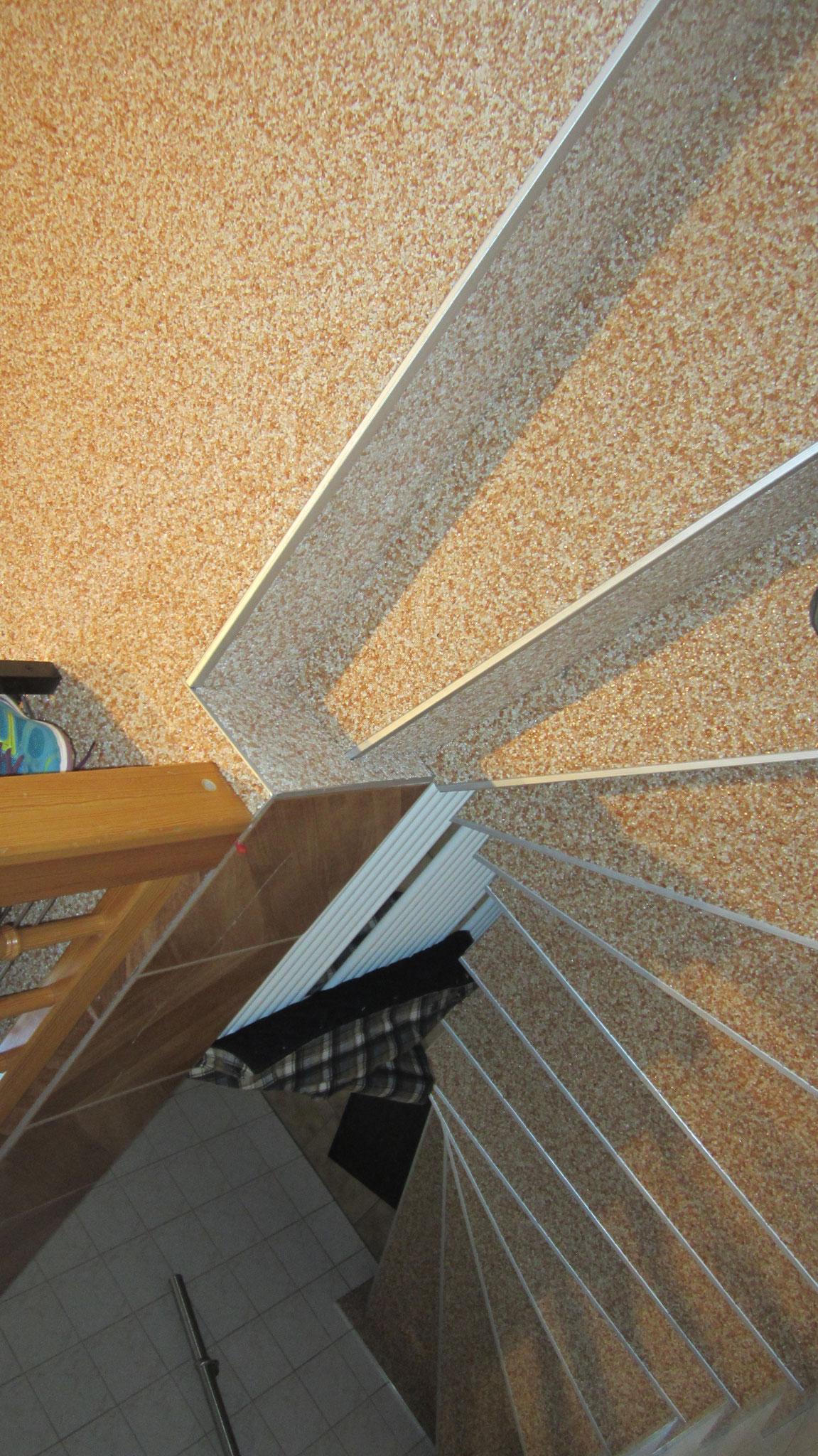 Flur und Kellertreppe mit Steinteppich in rosé
