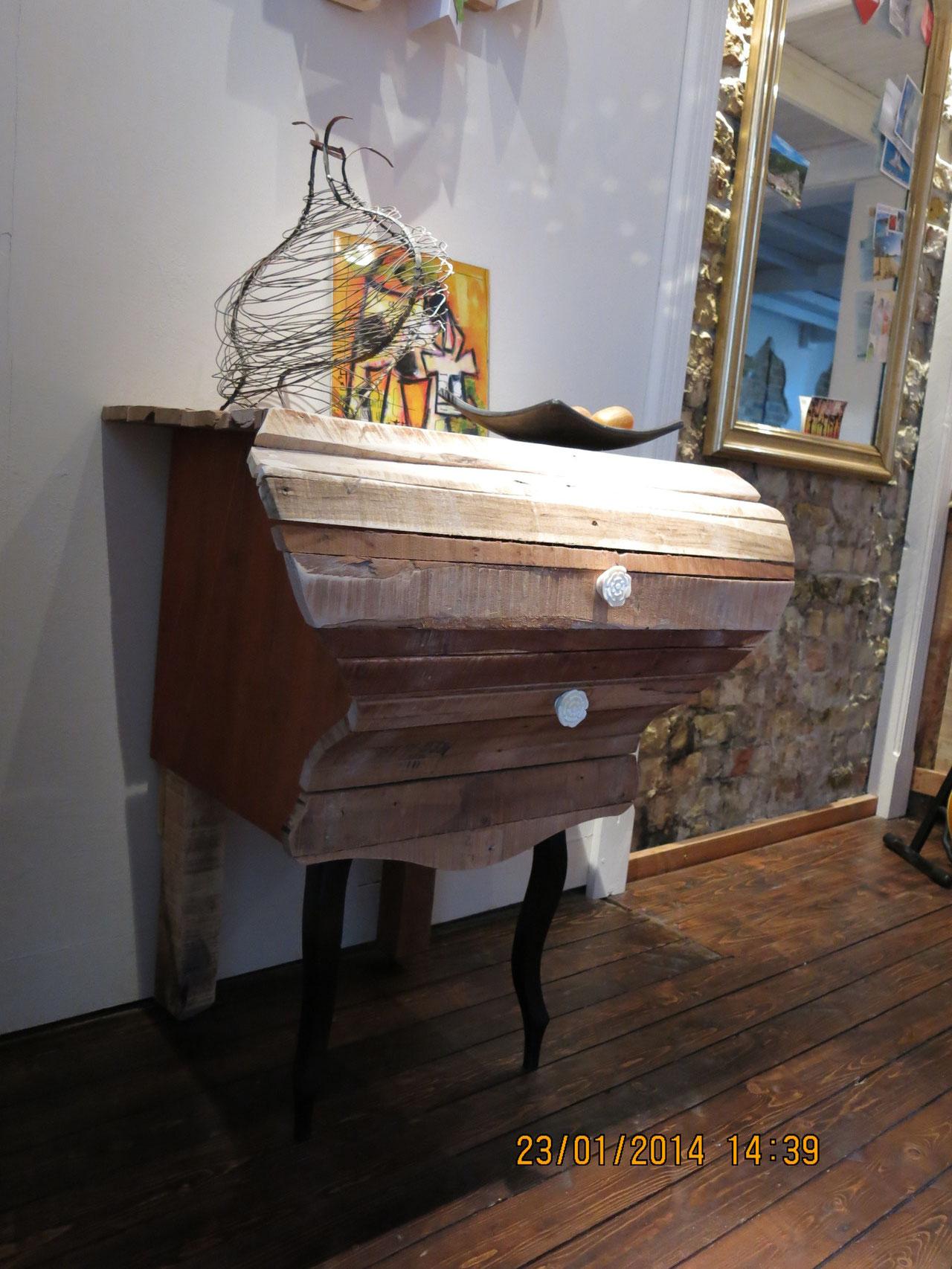 Ladekast uit pallethout met oude stoelpoot