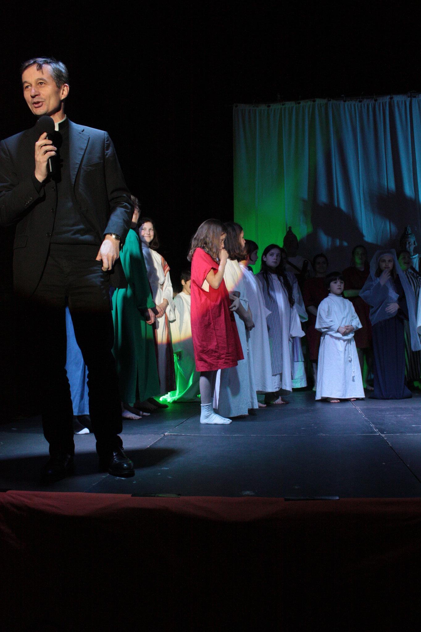 Père Dominique Lubot et les jeunes - (c) JDR