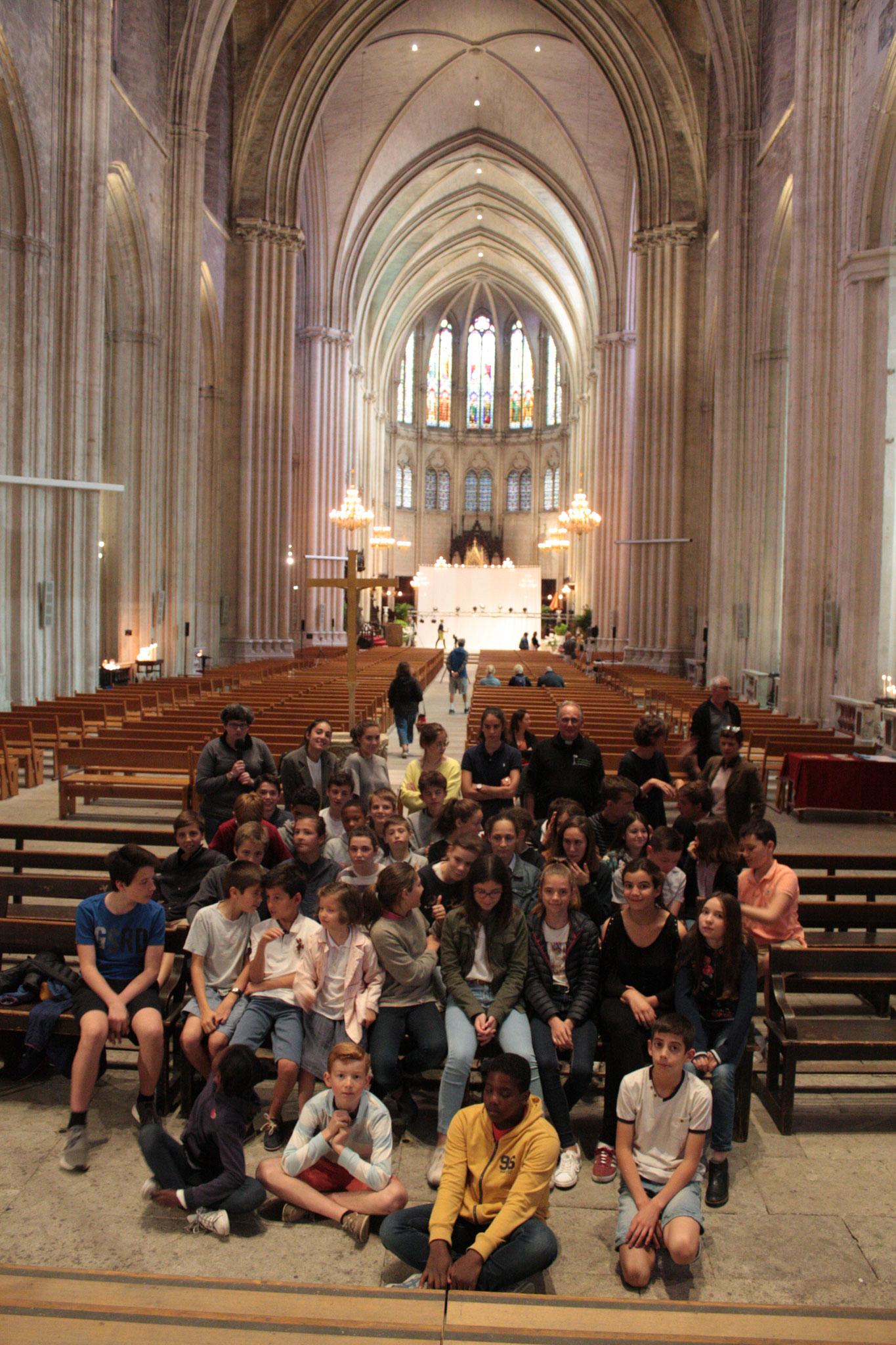 Les collégiens et lycéens dans la cathédrale St Pierre - photo JDR