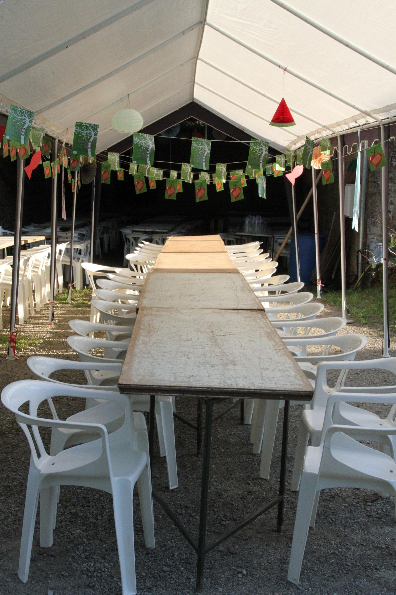 Les tables pour le repas (c)JDR