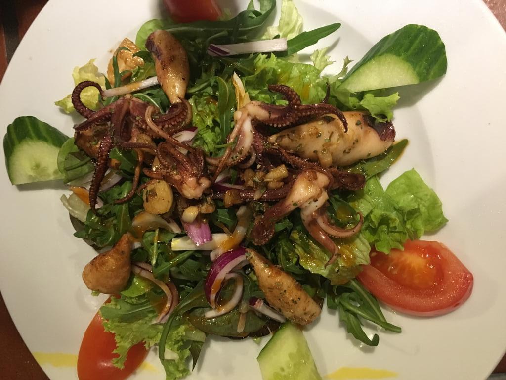 Gambas auf bunten Salat