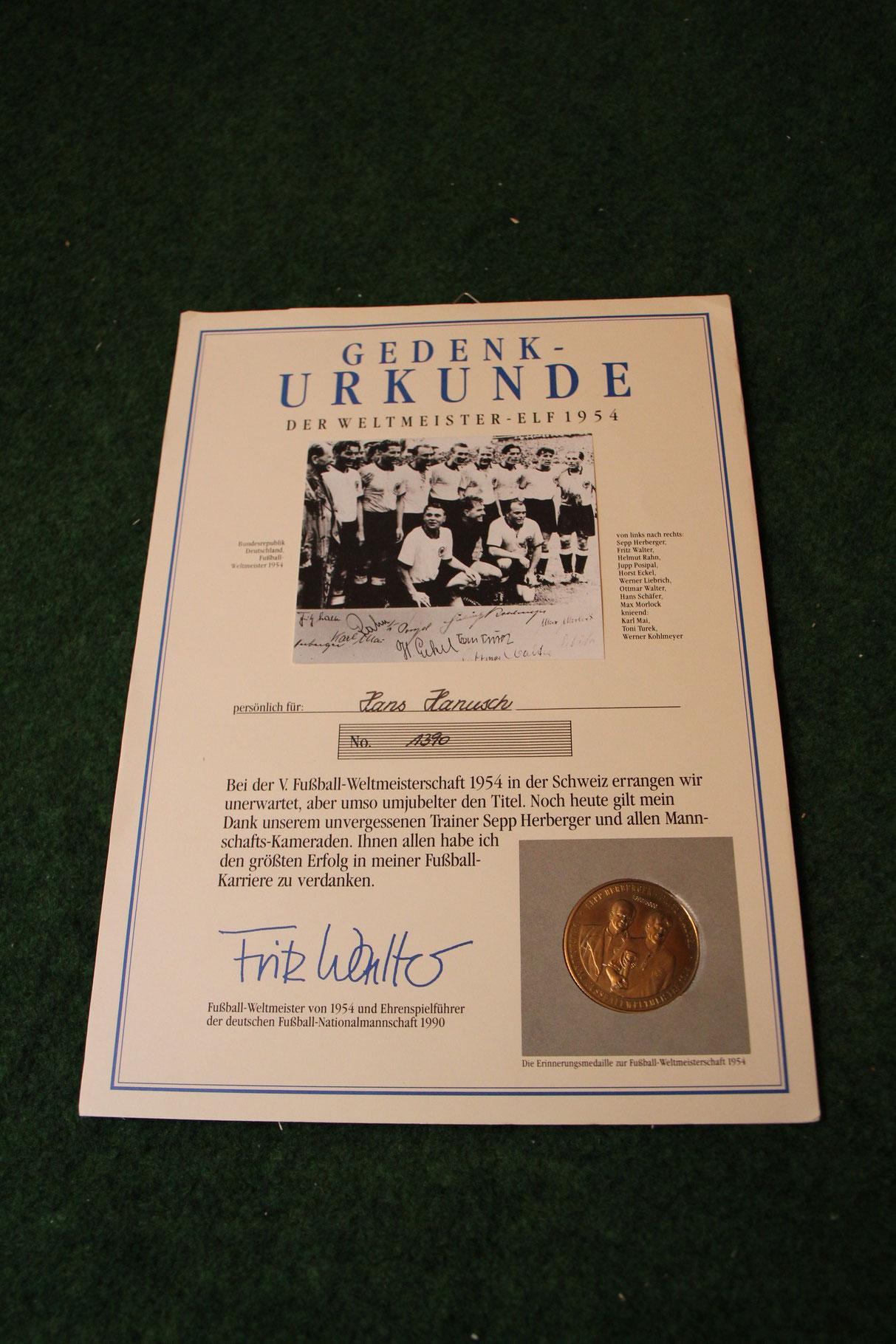 Gedenkurkunde mit den gedruckten Unterschriften der Weltmeister von 1954 inkl. Sammelmünte. Das Pendant zur original unterschriebenen.