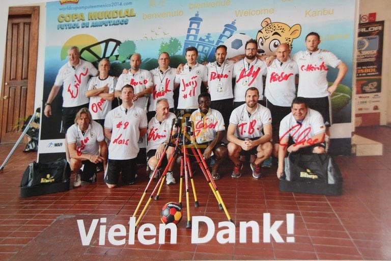 Danksagungsfoto der Fußballnationalmannschaft der Amputierten von der Weltmeisterschaft 2014 mit den original Unterschriften.