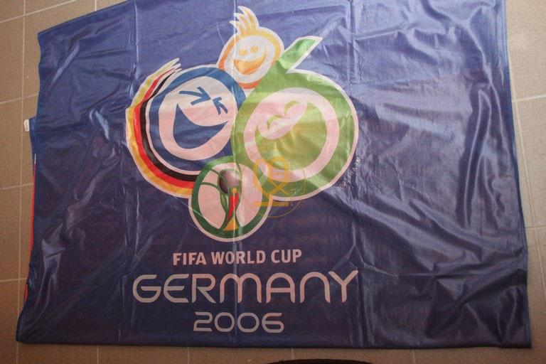 Original Fahne zur WM 2006 in Deutschland mit den Maßen 4x1,5 Metern.