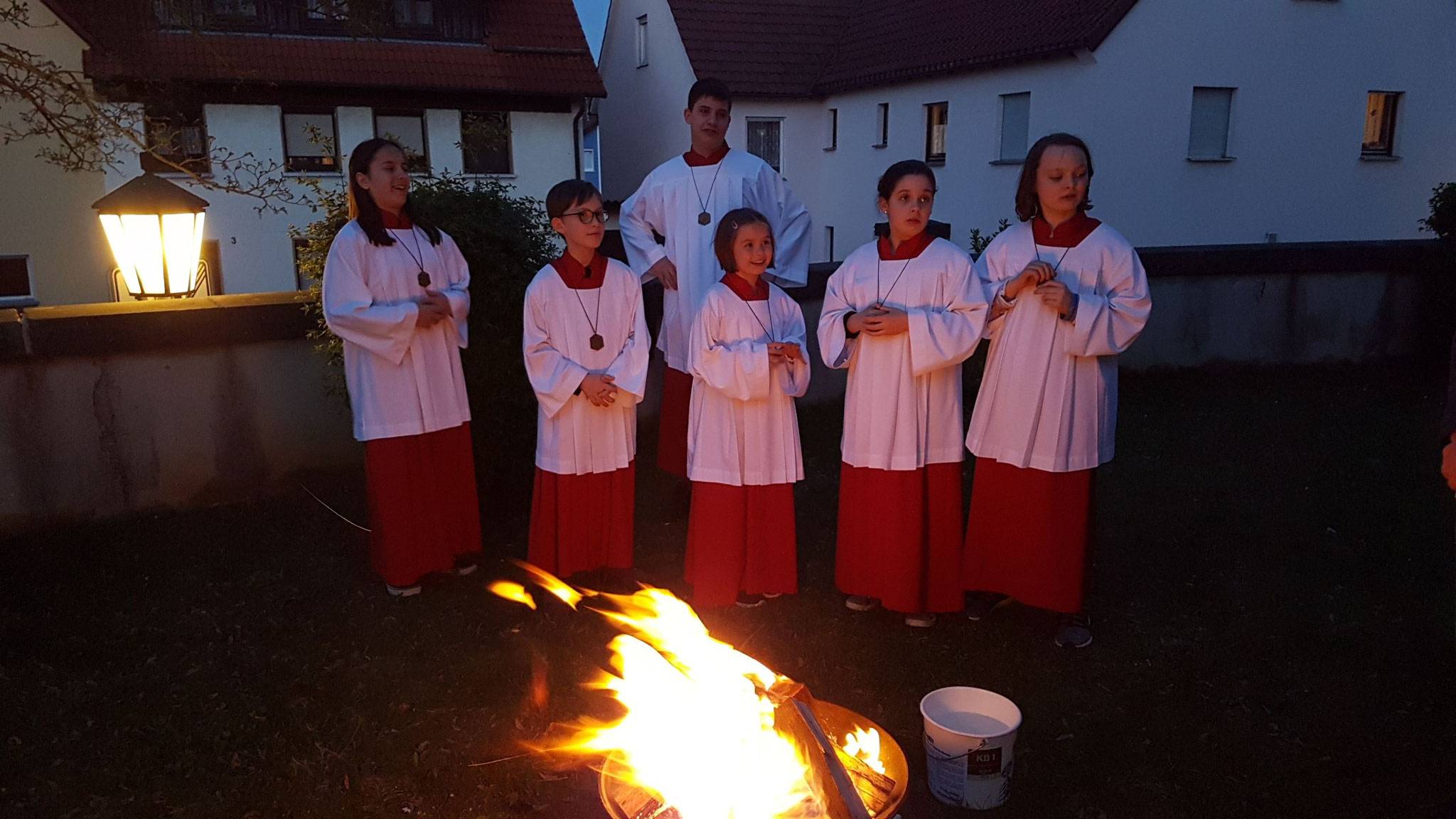 Ministranten in der Osternacht vor dem Osterfeuer