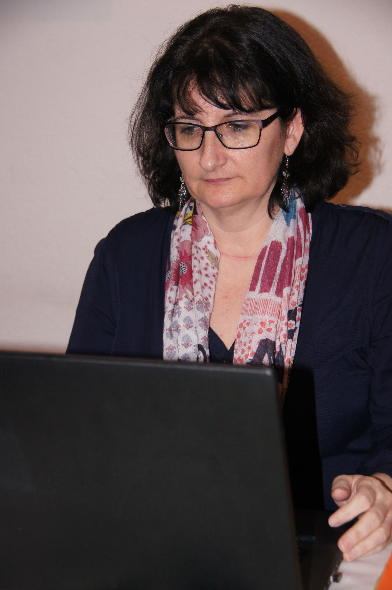 Aktuarin/Sekretärin Karin Ammann am Schreiben des Protokolls