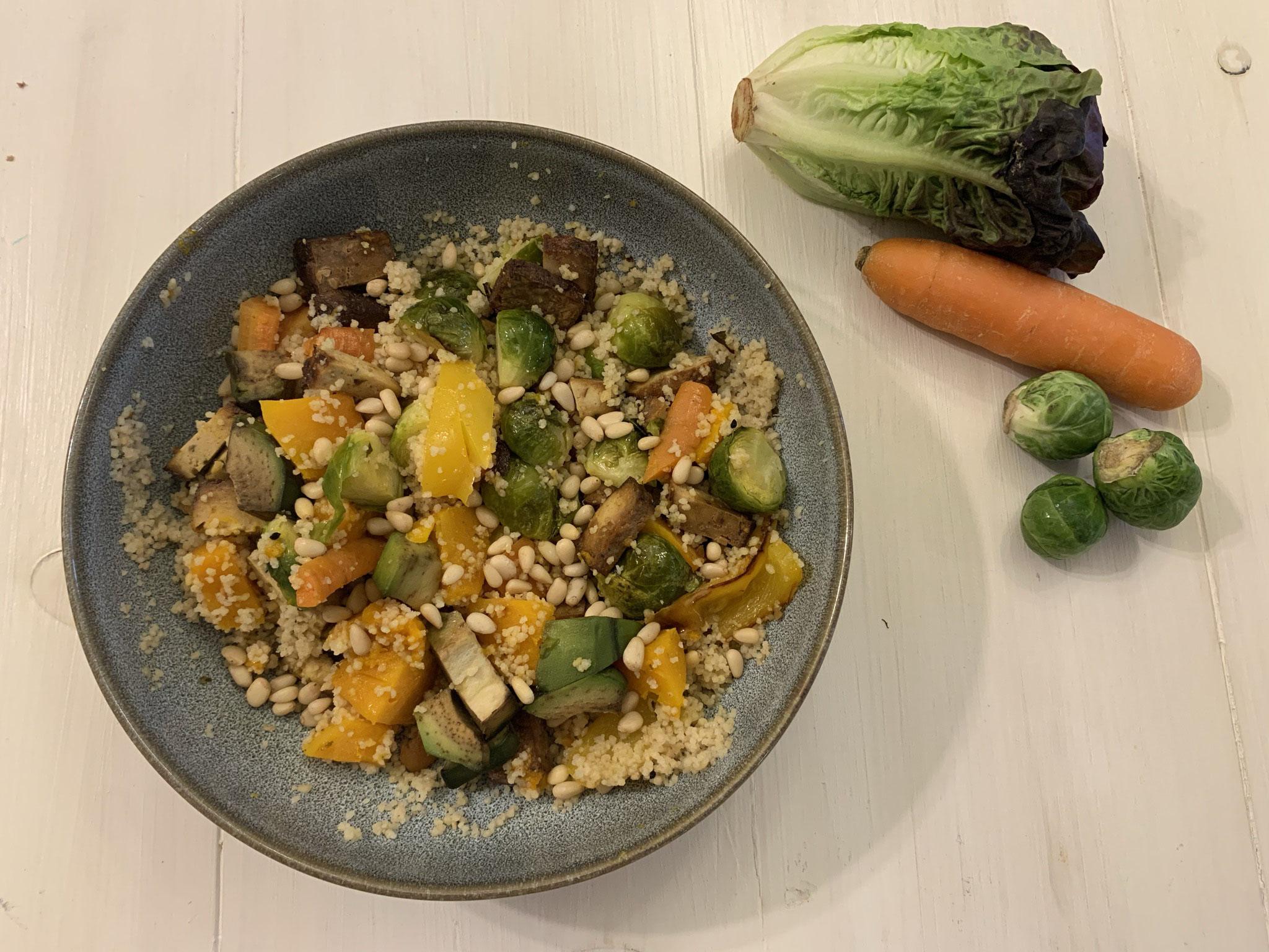 Couscous Bowl mit Karotten, Kürbis und Kohlsprossen