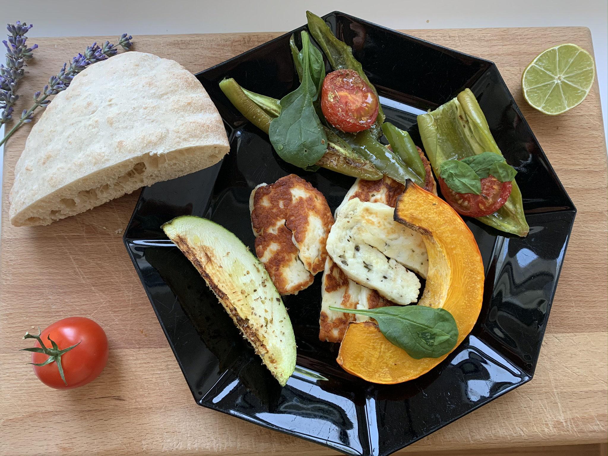 Halloumi mit Ofengemüse und Pita-Brot