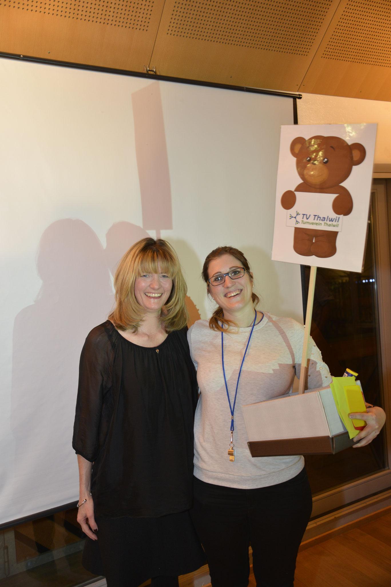 """Evelyne Schaller (links) hat ihr Amt zur Organisation der Ehrenmitgliederanlässe an Manuela Ganz übergeben. Sie gab ihr eine Kiste voller symbolischer Geschenke mit auf den """"Weg""""."""