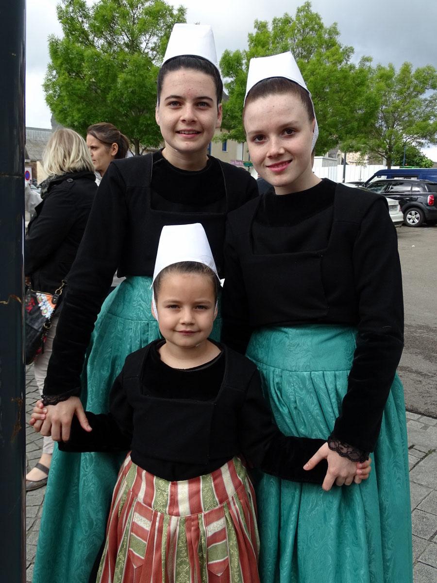 Des danseuses du groupe adulte sont venues accompagner les enfants afin de porter la bannière lors du défilé