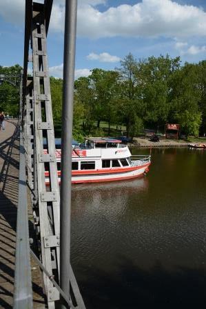 """MS Händel II bei der Durchfahrt an der Peißnitzbrücke ( """"Brücke der Freundschaft"""")"""
