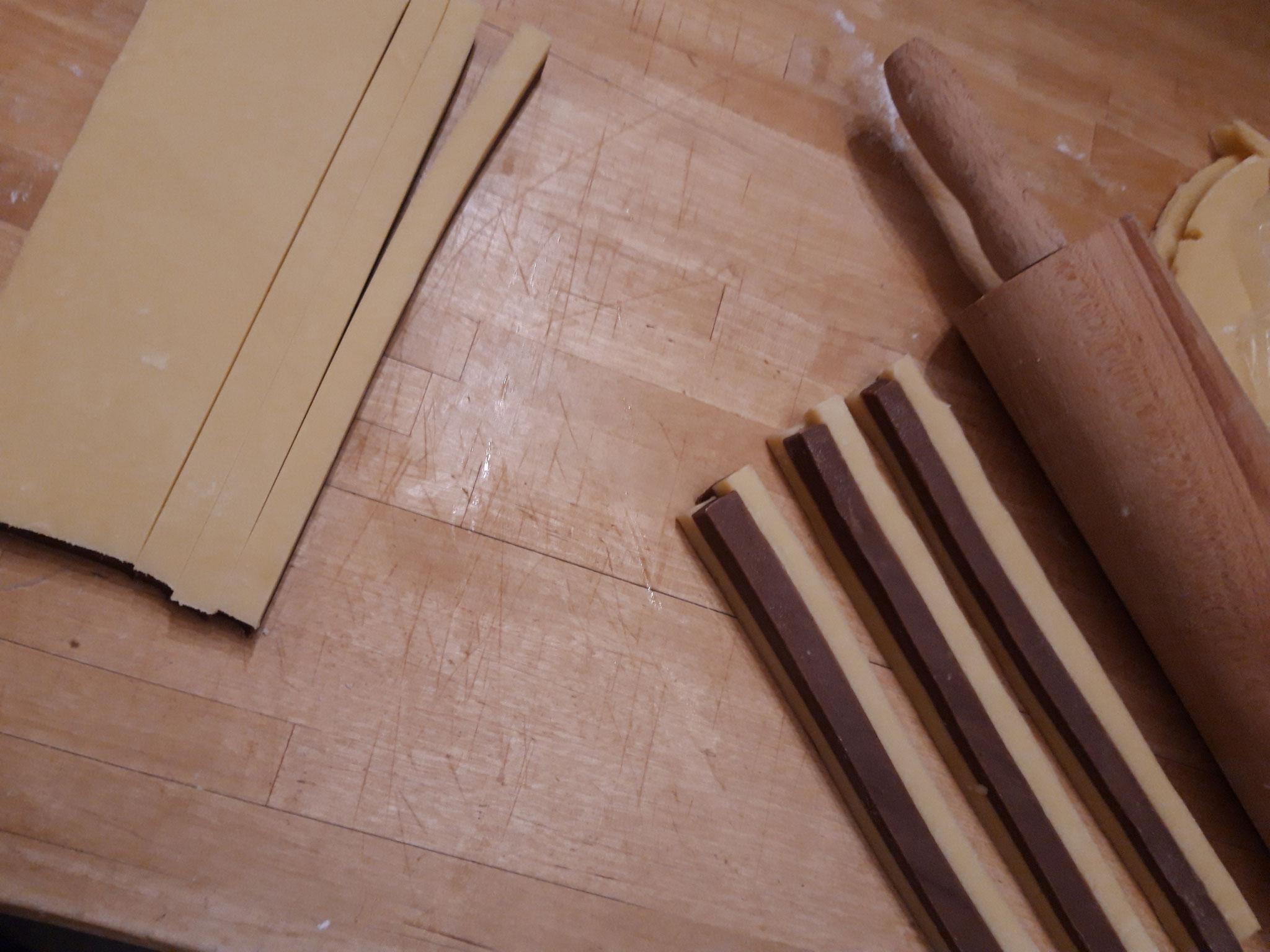 Gleichgroße Streifen schneiden und zu einem Muster zusammensetzen
