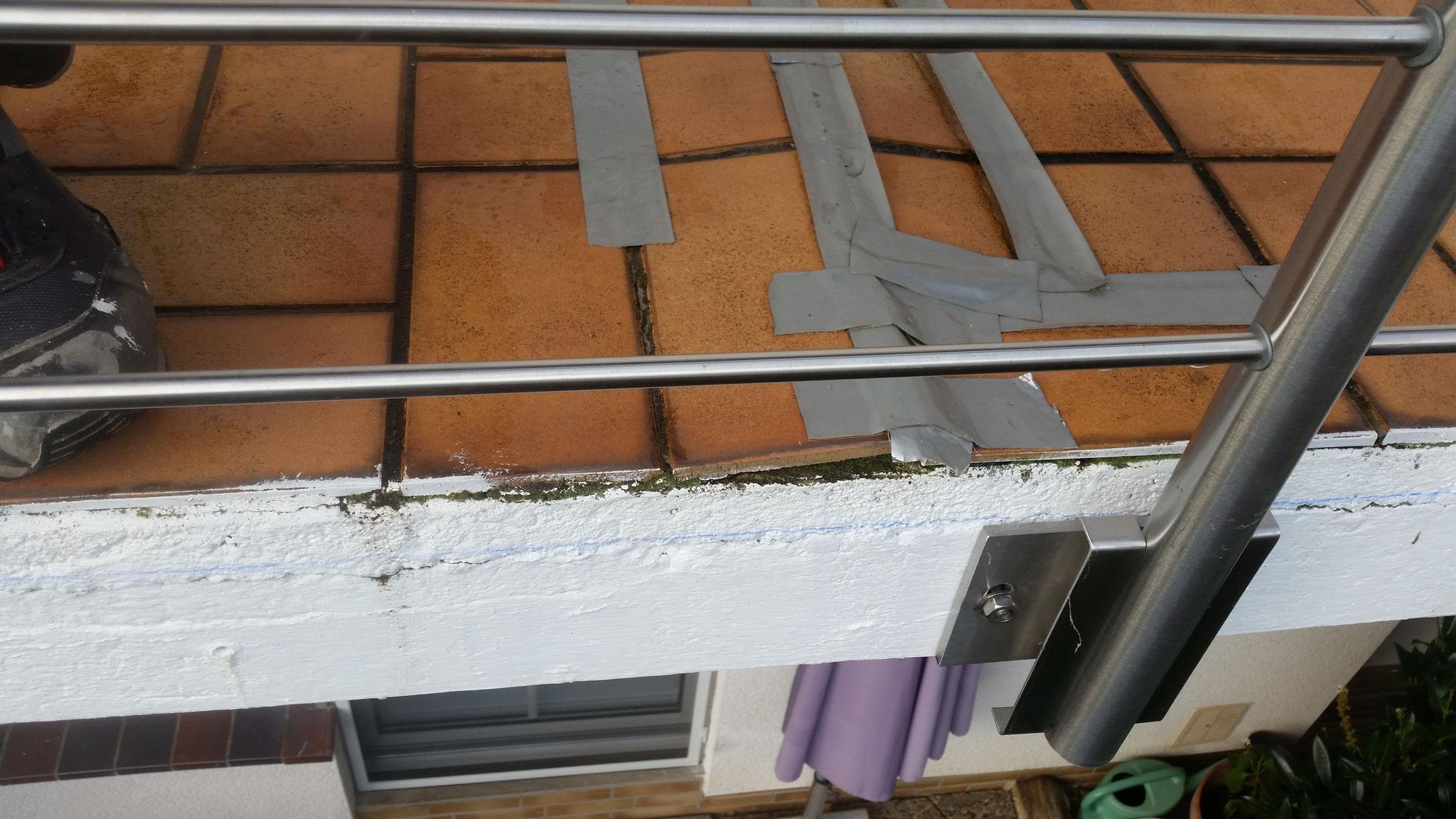 Durch eindringendes Wasser Feuchtigkeits - und Frostschäden an den Fliesen eines Balkons - Mario Bogisch Bausysteme