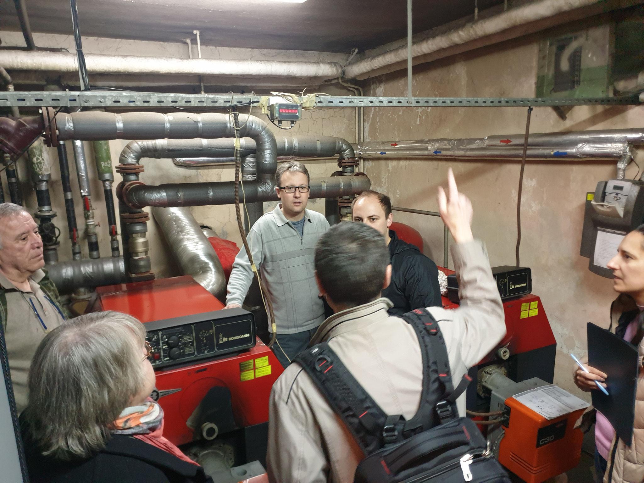 Beim Besuch im Heizungsraums eines Kindergartens in Sofia, Bulgarien werden gemeinsam mit dem zuständigen Hausmeister Problemstellen aufgezeigt.
