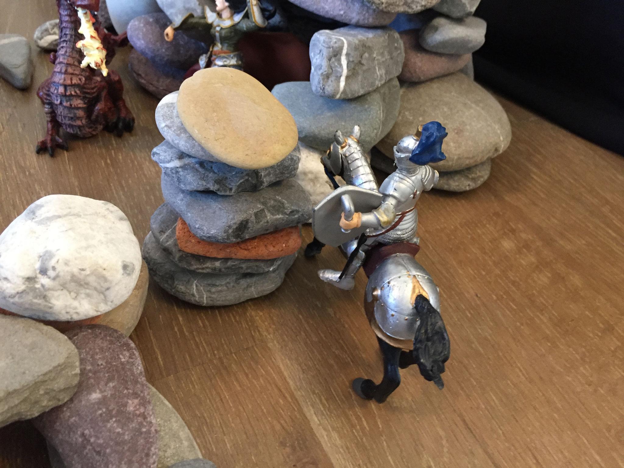 Ein Ritter hat die Prinzessin gesucht. Er hat beobachtet, wie die Drachen sie gefangen haben.