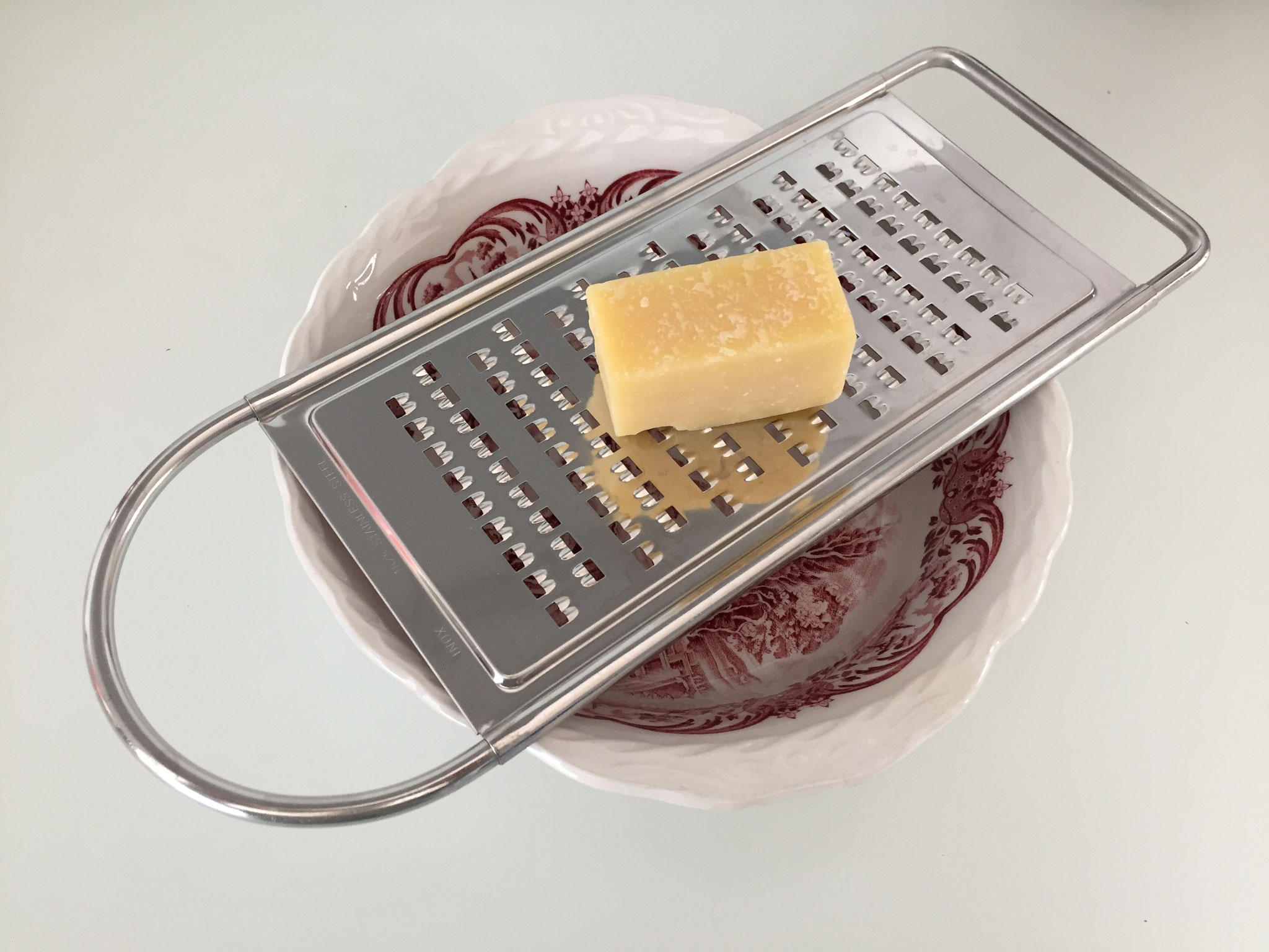 Käse fein reiben. Du kannst auch fertig geriebenen Parmesan nehmen. Es braucht 4 grosse Löffel.