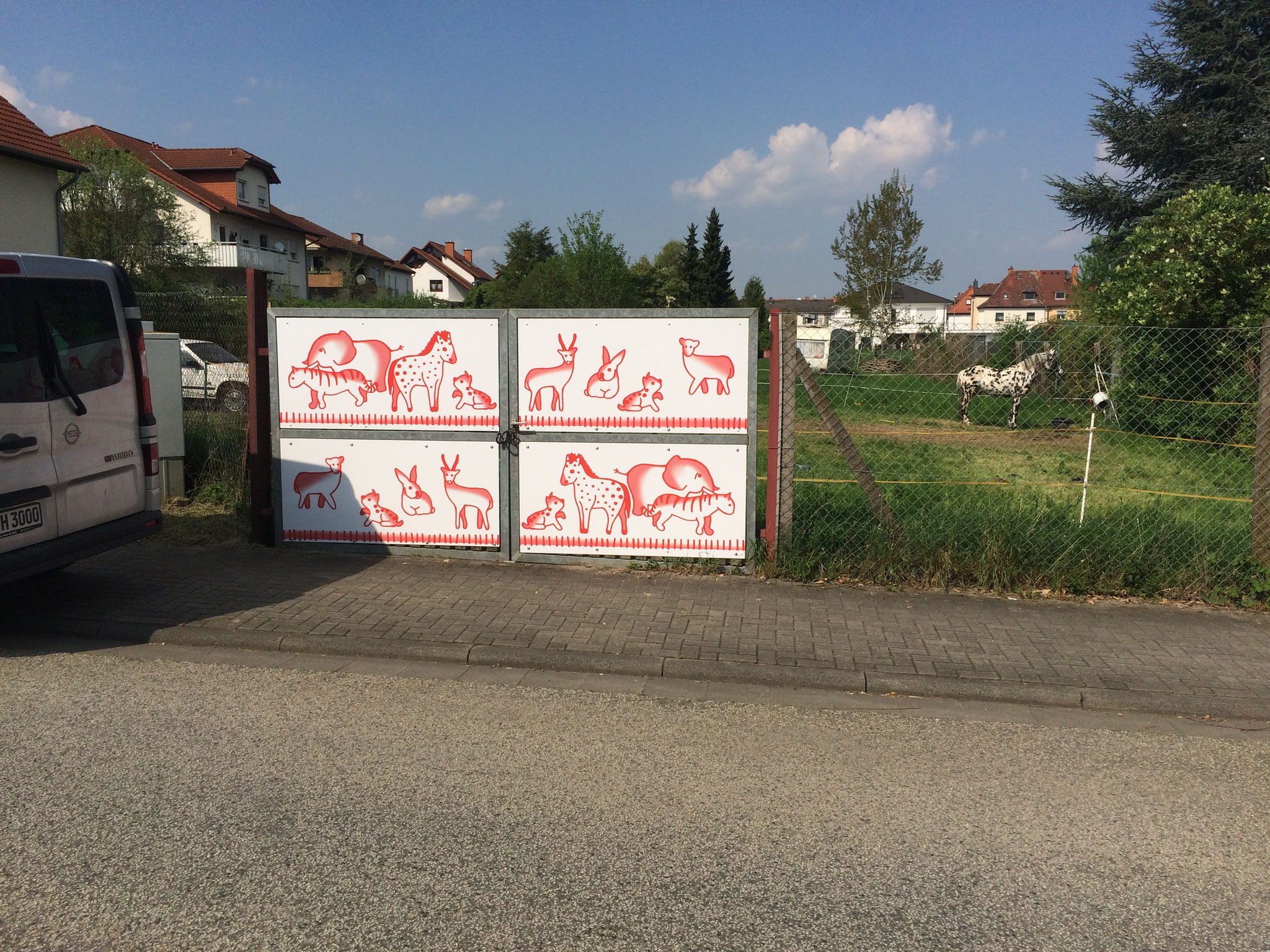 Etwas unansehnlichen Zaun mit Schildern verdeckt.