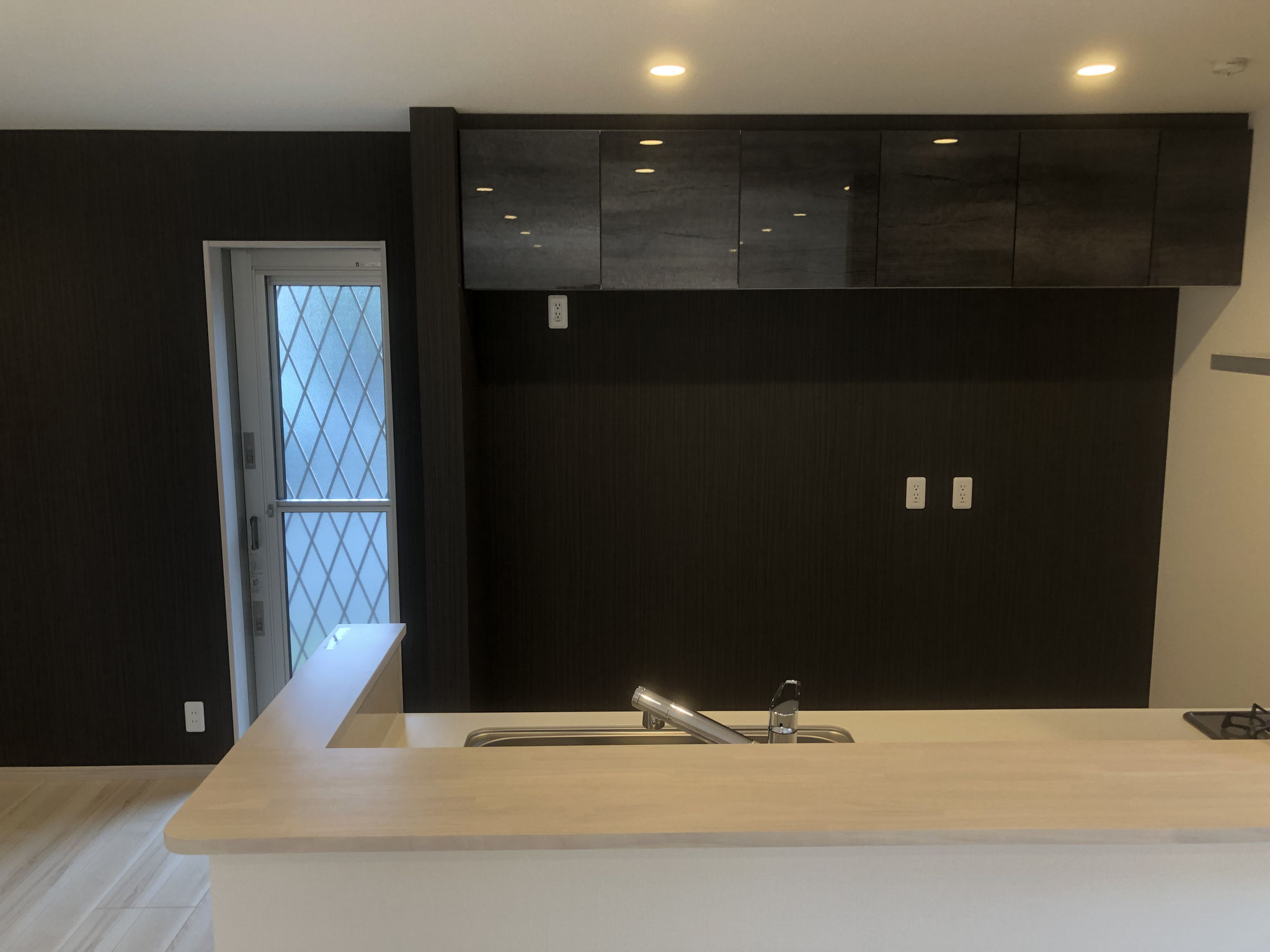 キッチンは、モノトーンのモダンなスタイルで、勝手口から北側へ出られます。