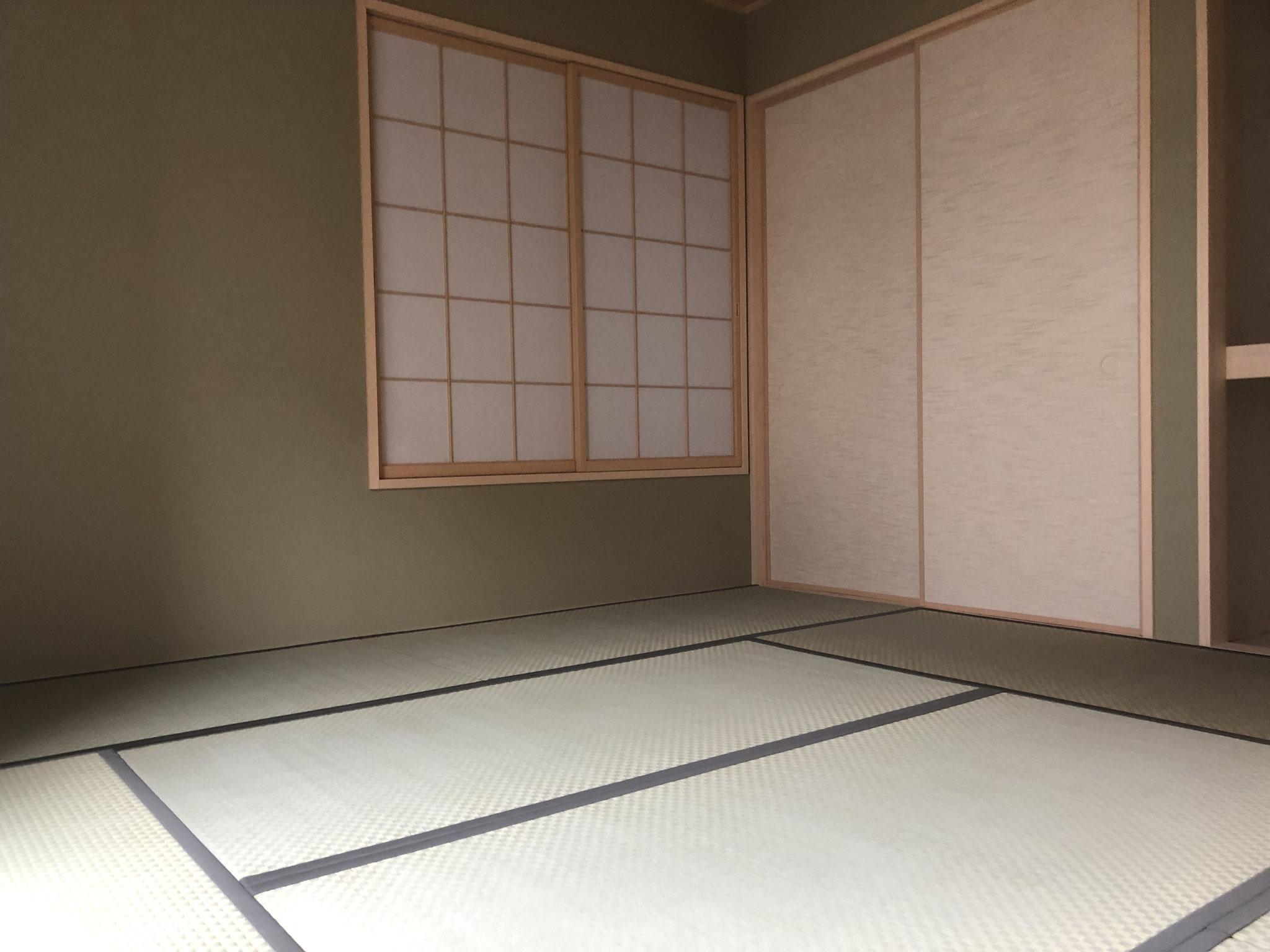 8畳の和室は、一間半の押し入れと床の間、地袋があり、収納力もあります。