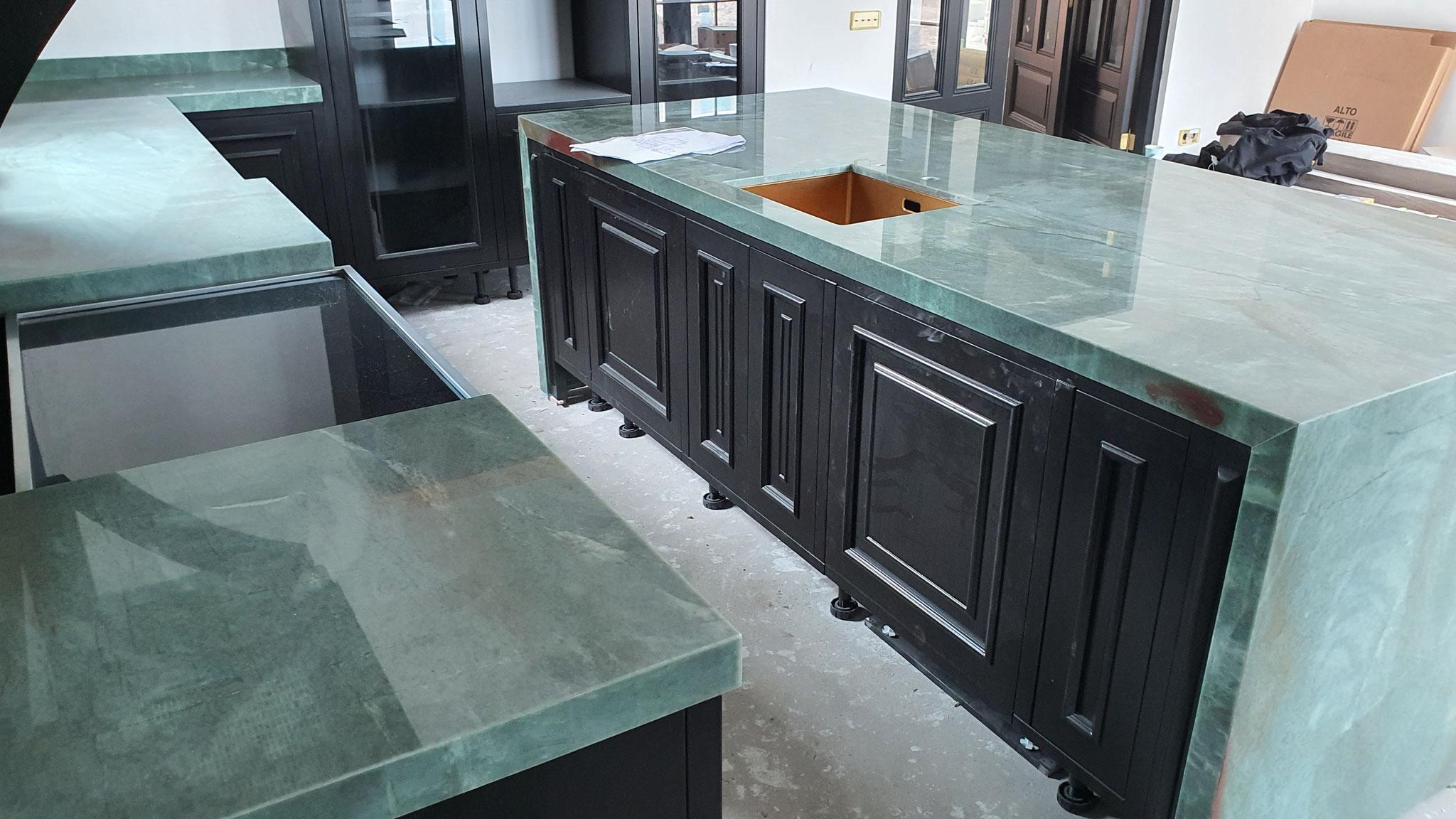 design keuken plaatsen met natuursteen aanrechtblad       ( ontwerp  Simon Voorhout  Leeuwarden  )