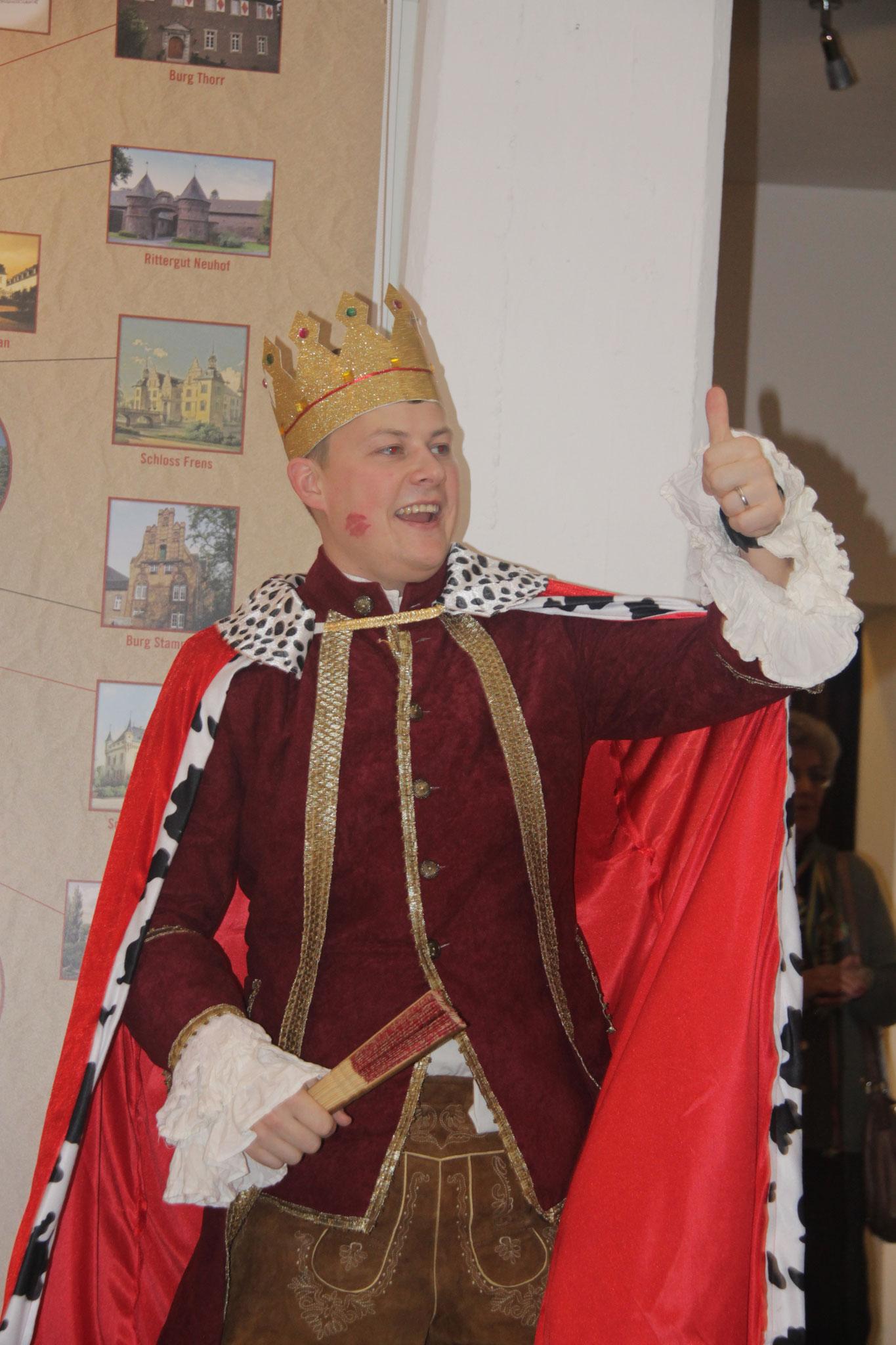 Unser Prinz passt richtig zur Ausstellung.