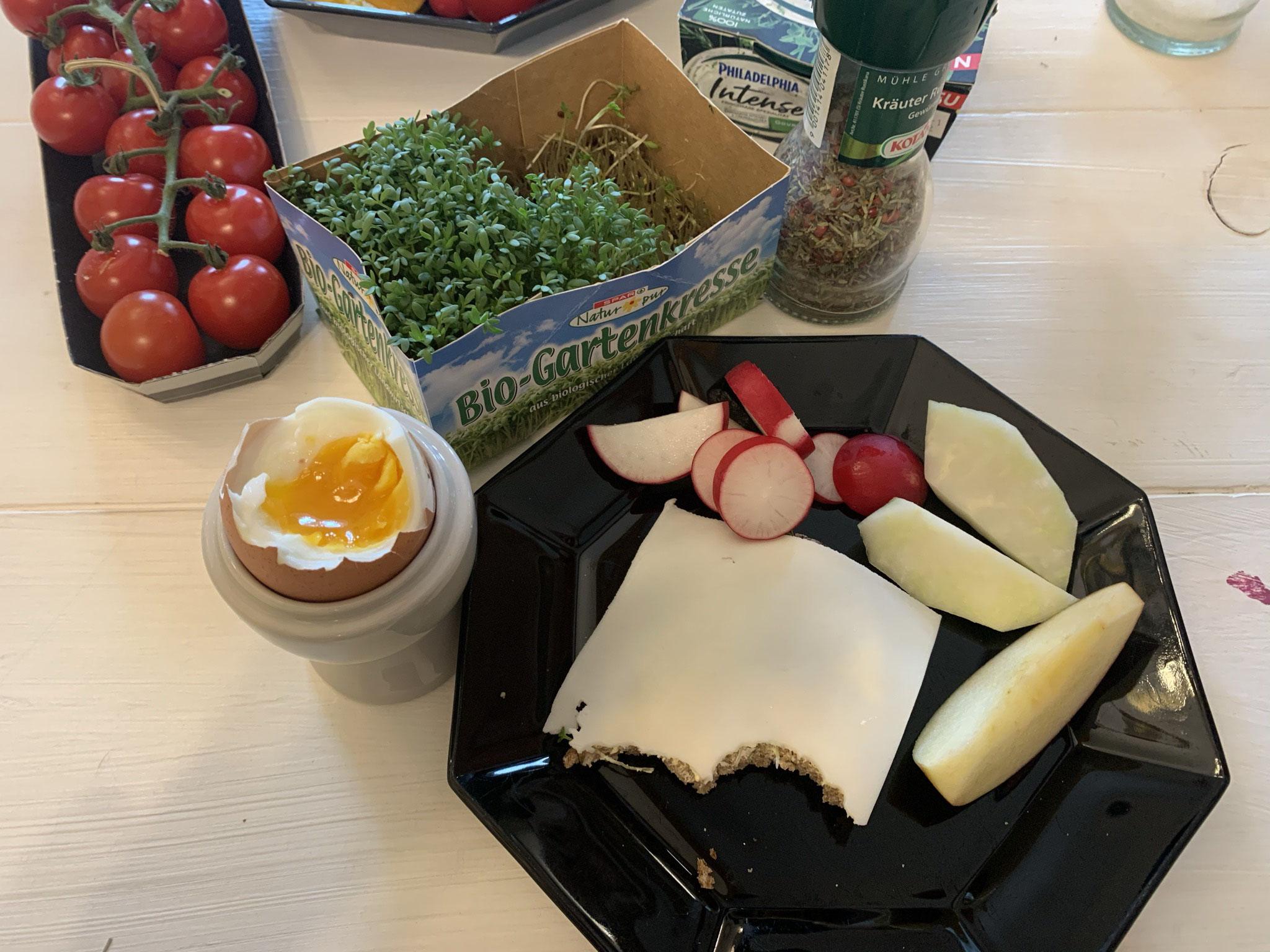 Sonntagsfrühstück mit Ei und Ziegenkäse