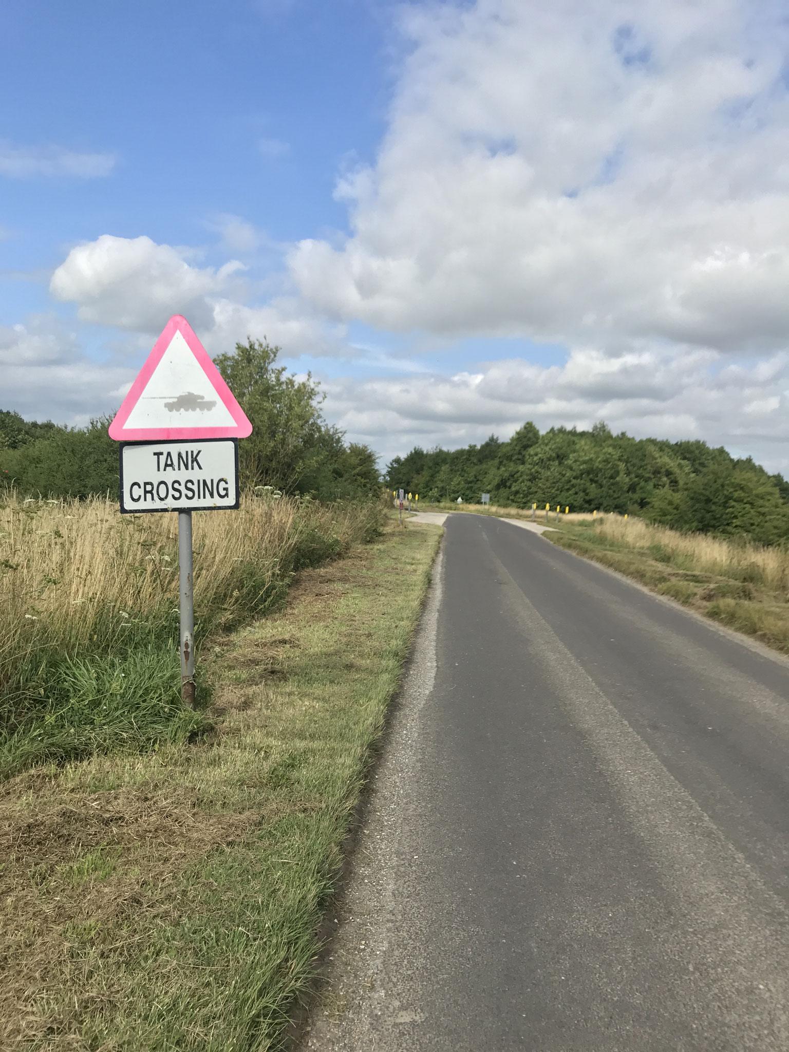 in England kreuzt man Straßen des Militärs