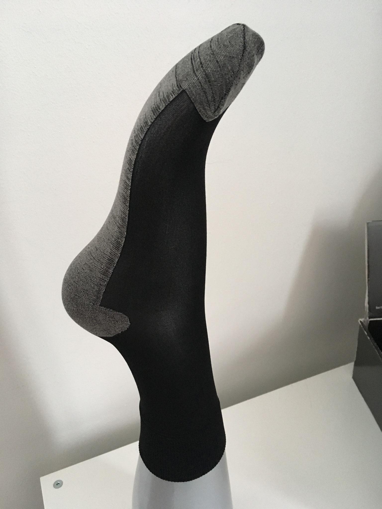 Strumpfsöckli 40 Den mit Baumwollsohle transparent oder schwarz (CHF 12.-) dieselben als Kniestrumpfsocken (CHF 13.-)