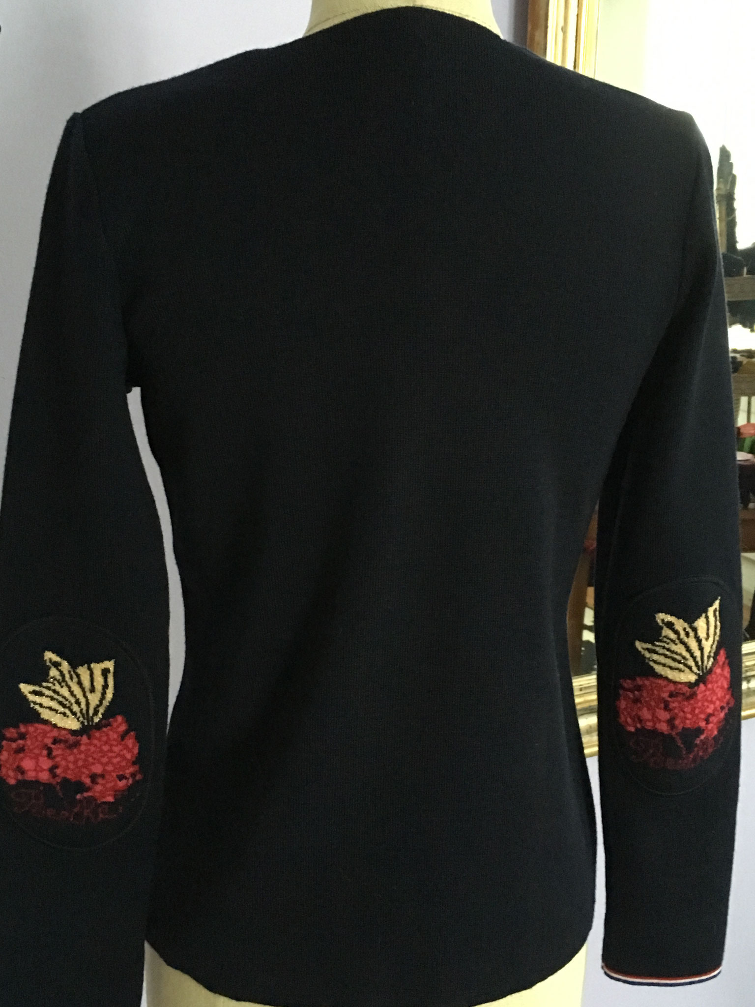 Die Pullover sind mit diversen Ärmelpatches erhältlich