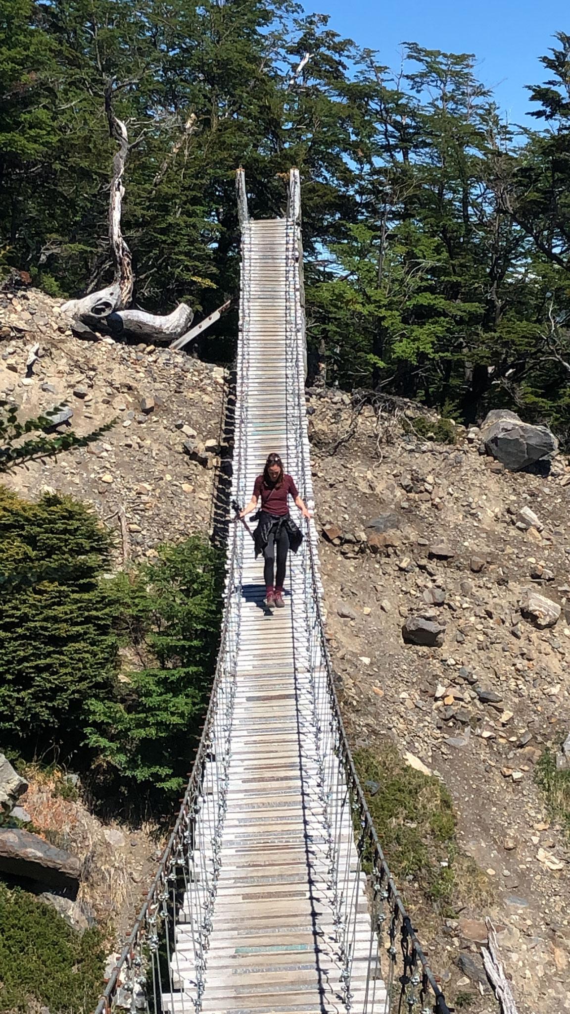 Die Brücke wirkt stabil, schaukelt aber ganz schön hin und her