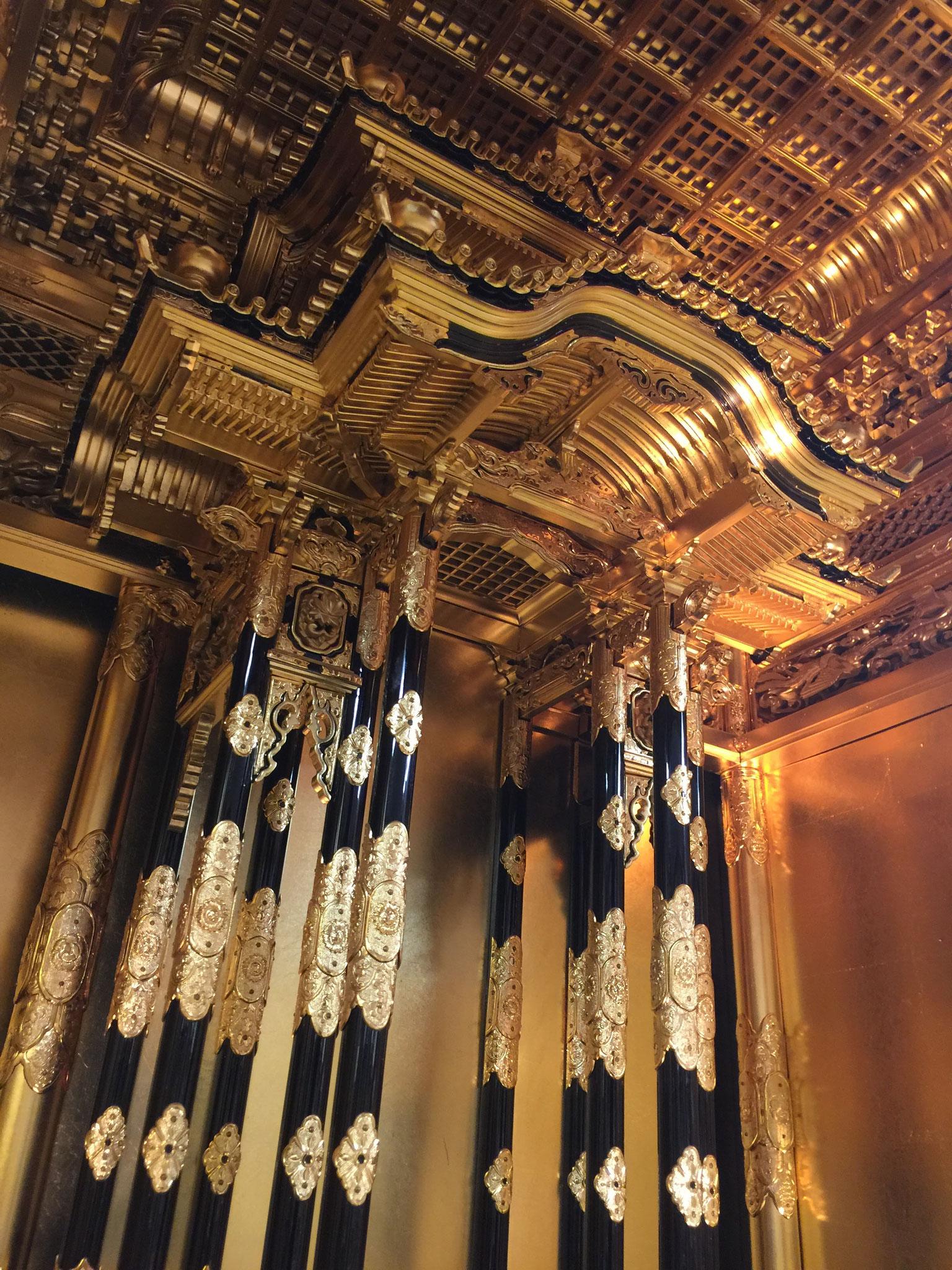 下から見上げた宮殿と格天井