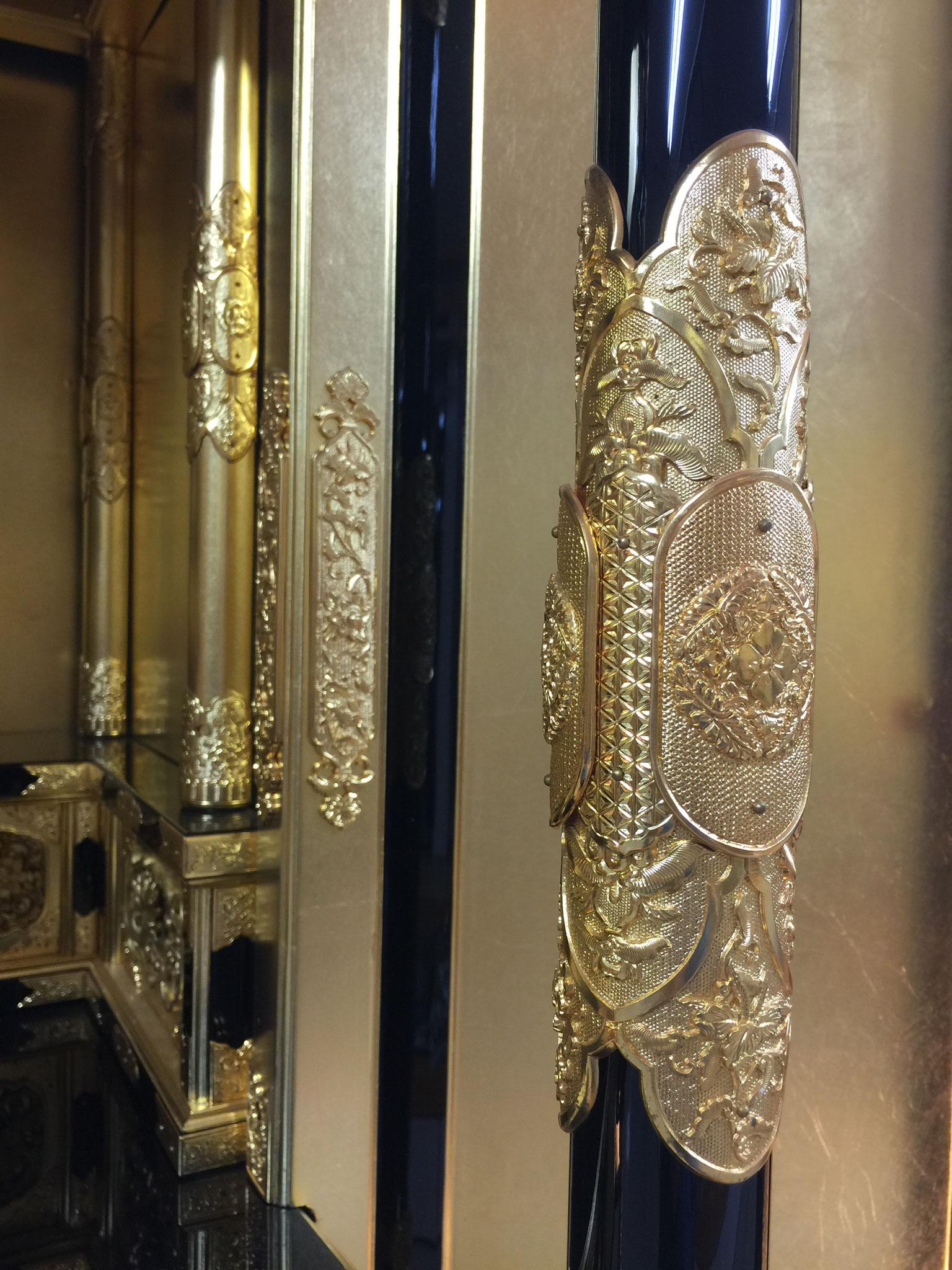 前柱の金具は地彫り金具です