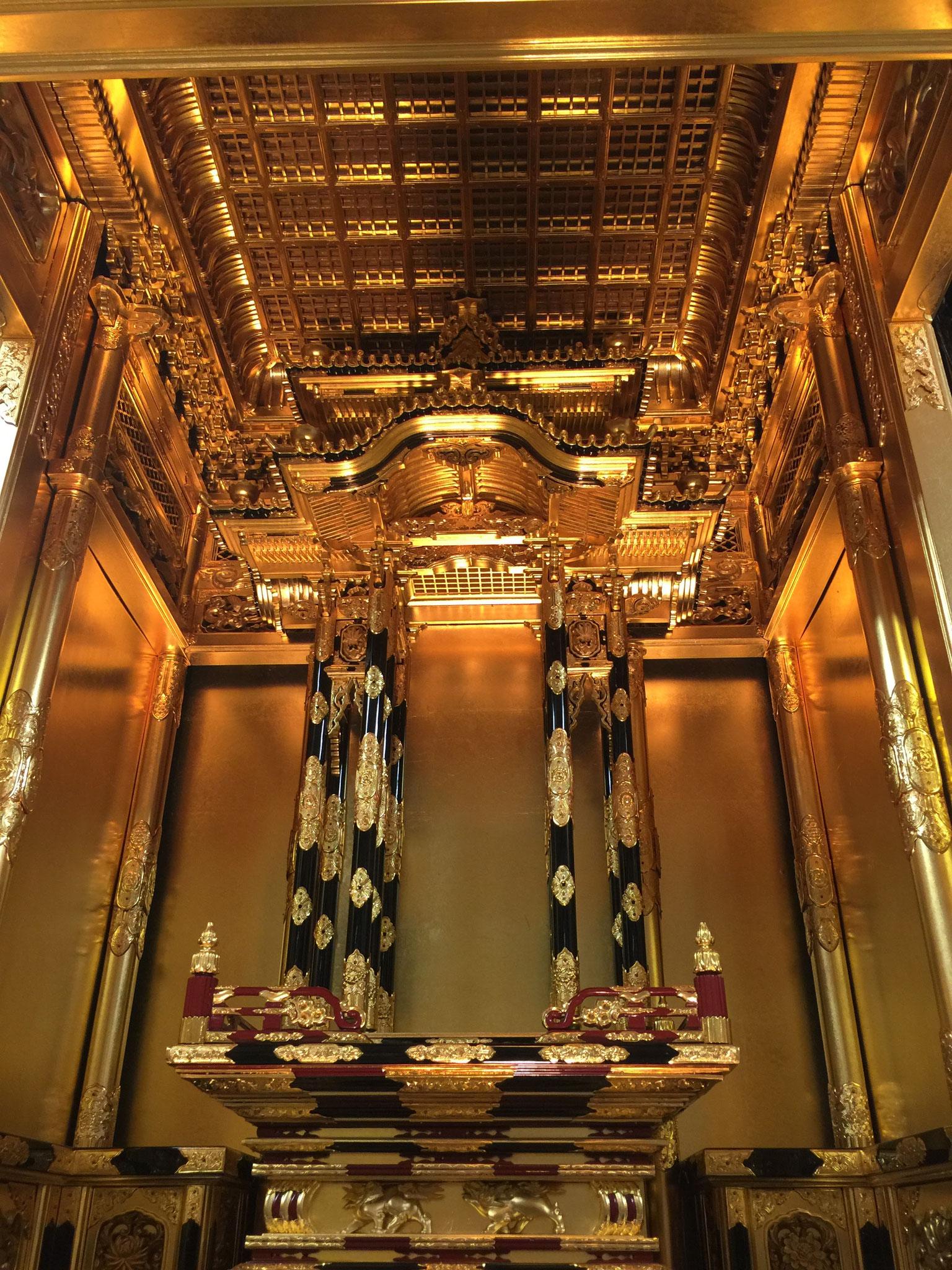 寺院さながらの宮殿須彌壇と同じ造りになっています