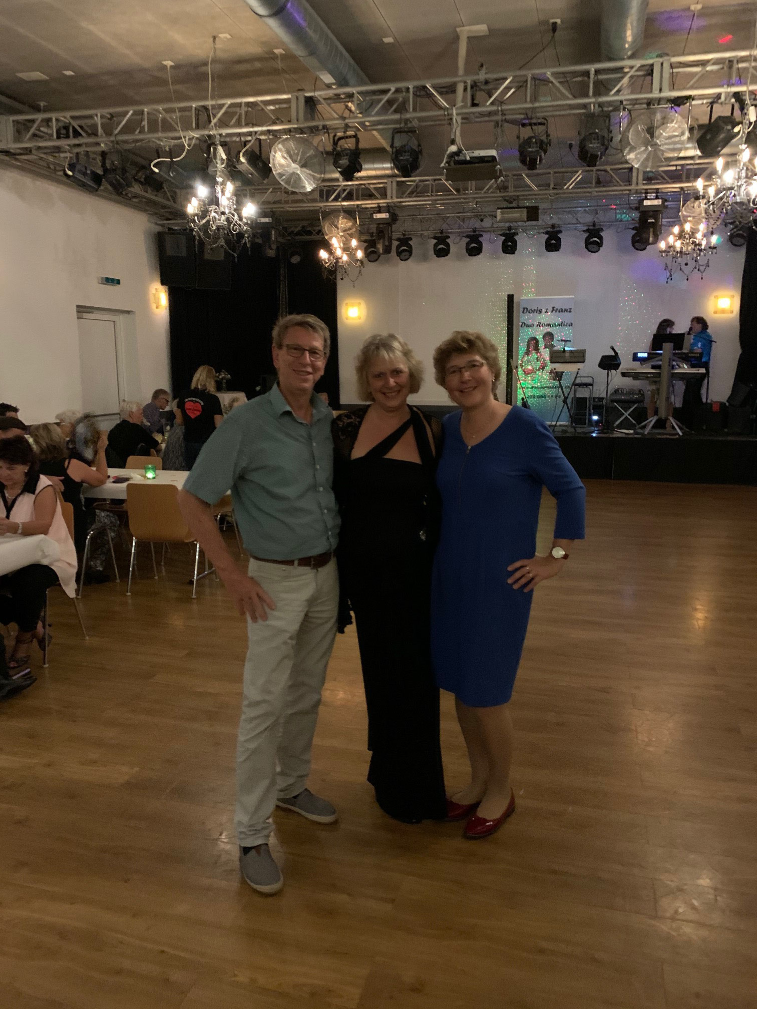 OK Ballroom mit Claudia Galactic Dance in der Mitte