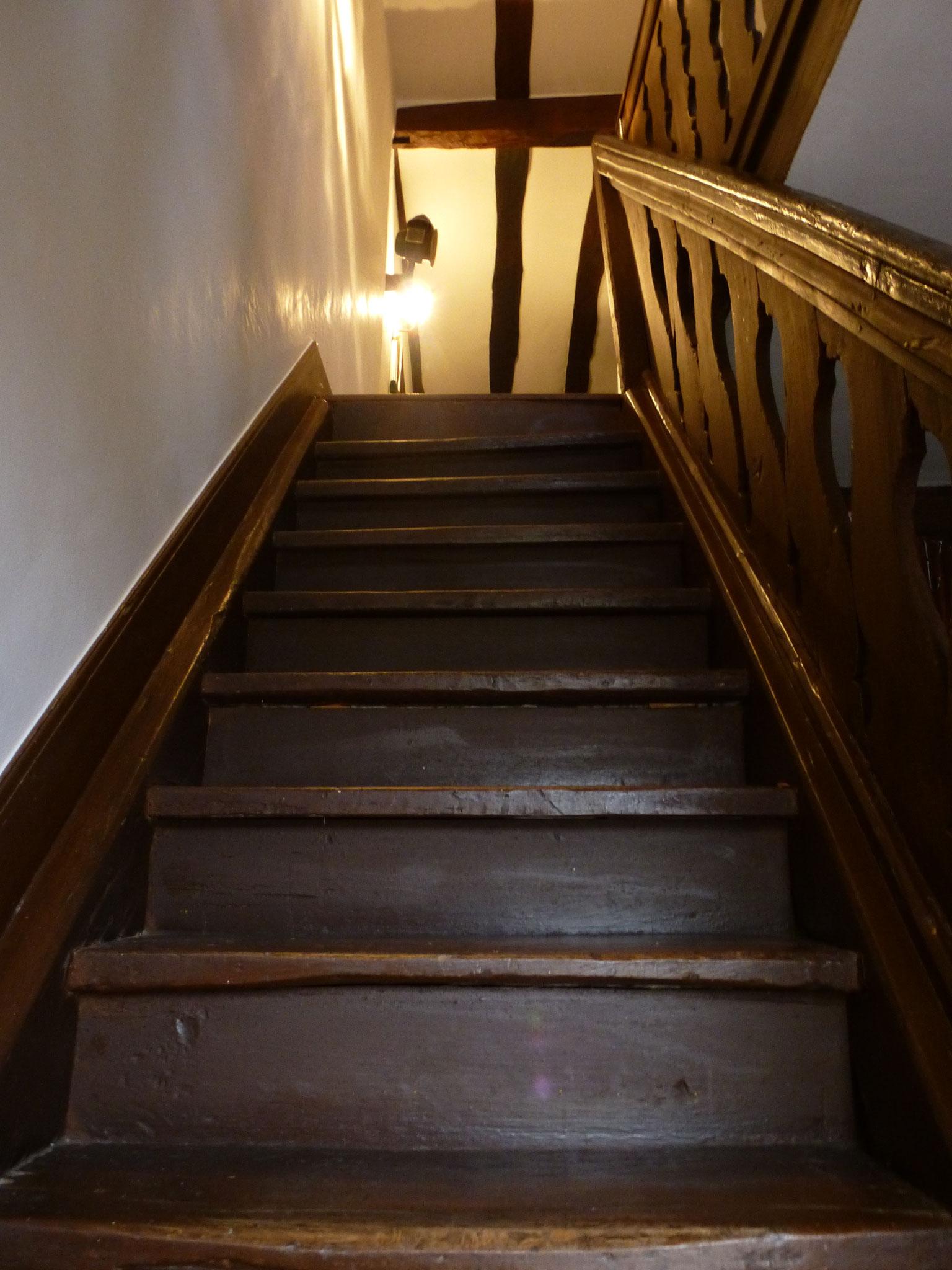 Escalier menant à l'étage/Treppe zum Wohnbereich/Steps to home