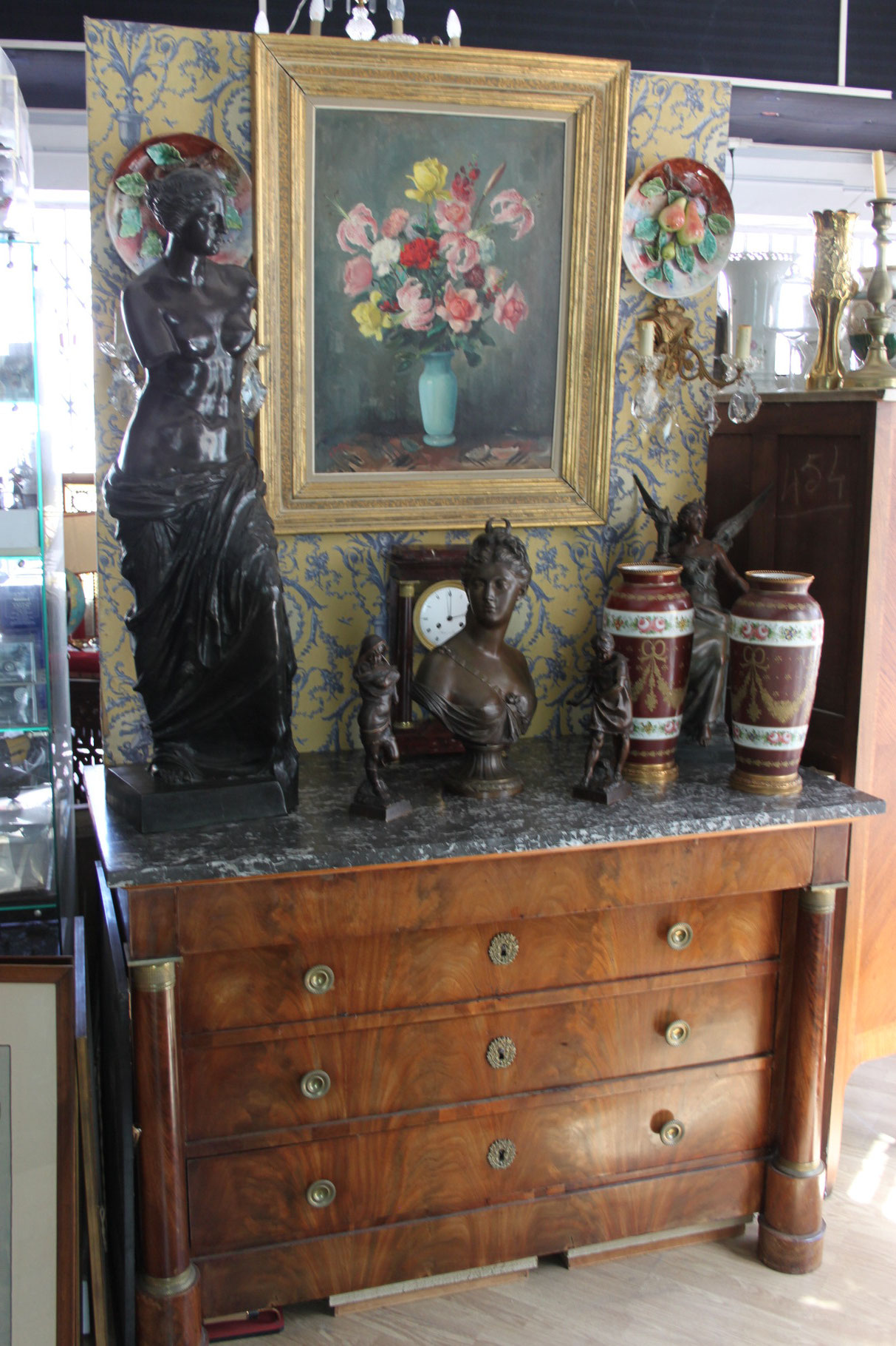 commode empire vase porcelaine peinture sur toile pendule portique