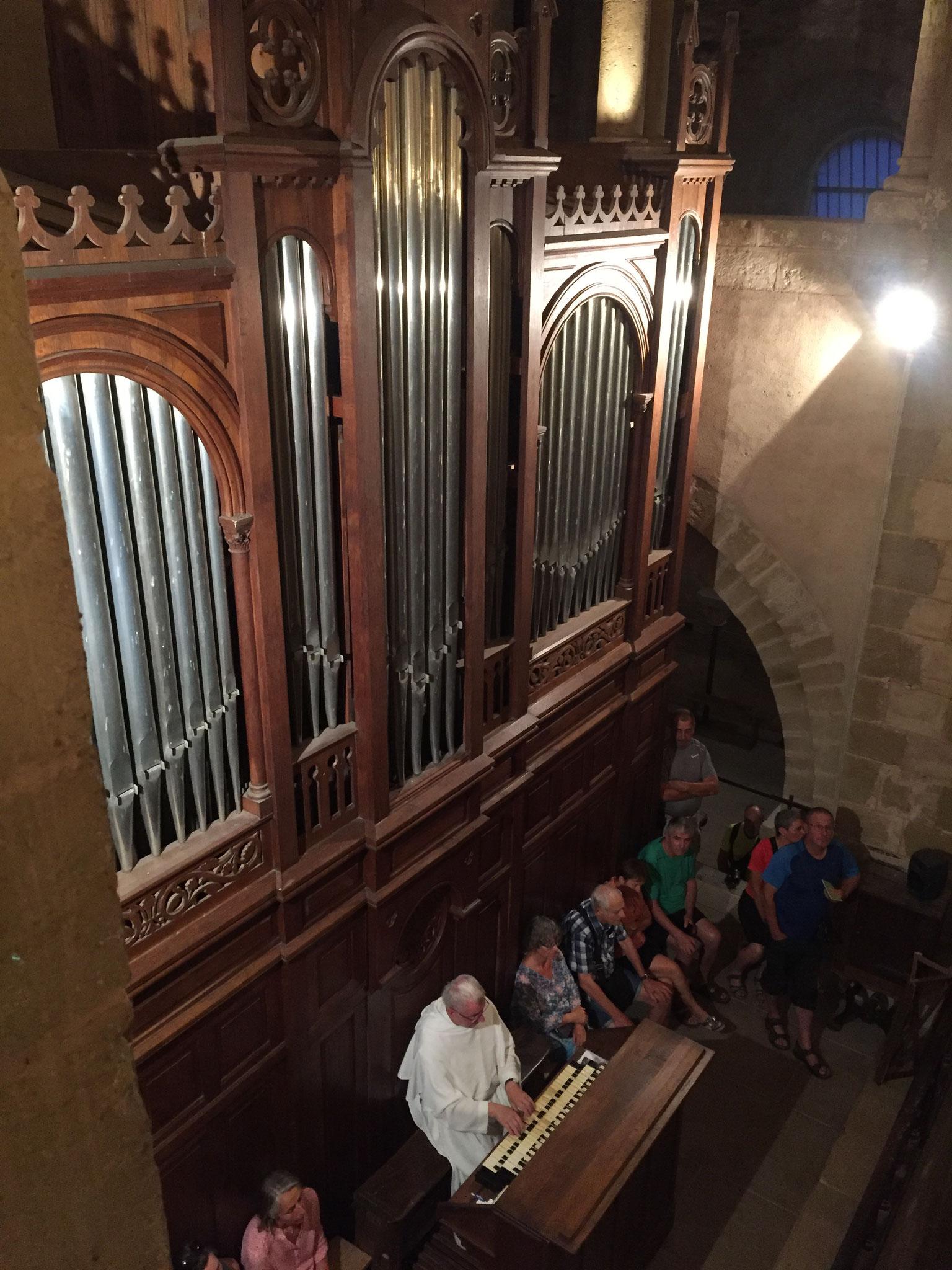 Le frère Jean-Daniel à l'orgue