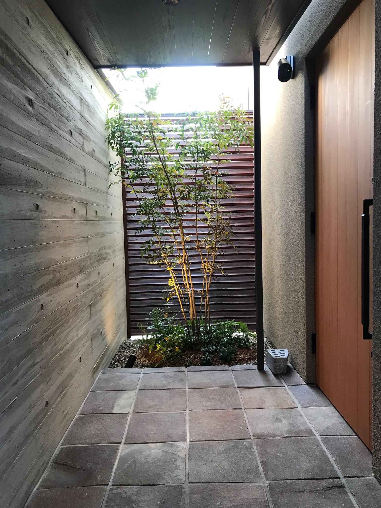 玄関・ポーチ・アプローチ工事 300角方型ジャワ鉄平石 インドネシア産(名古屋市)
