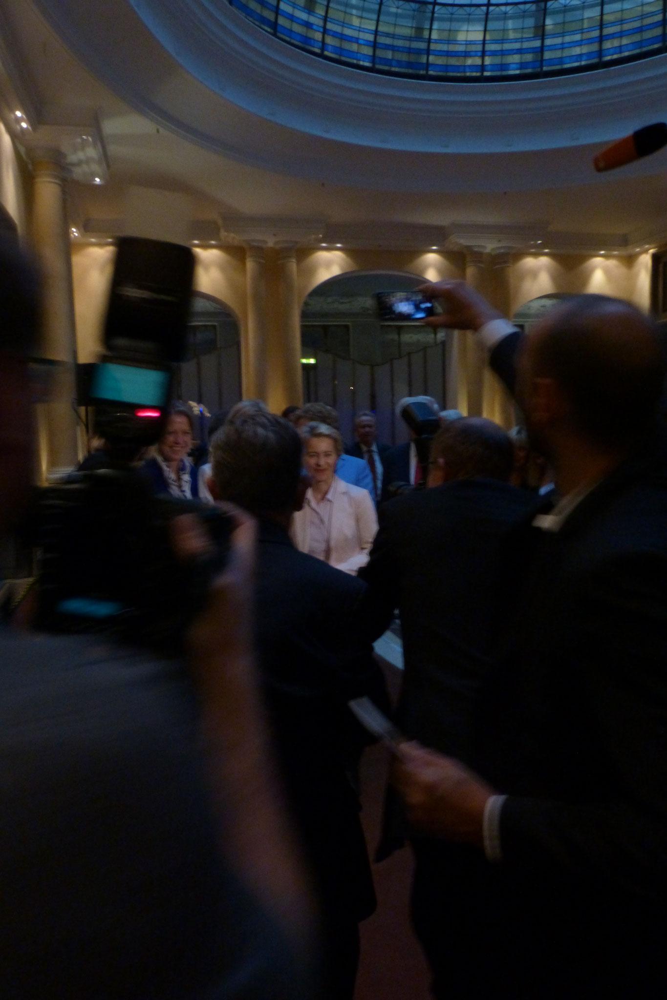 Die EU Kommisionspräsidentin Frau Dr. Ursula von der Leyen trifft ein